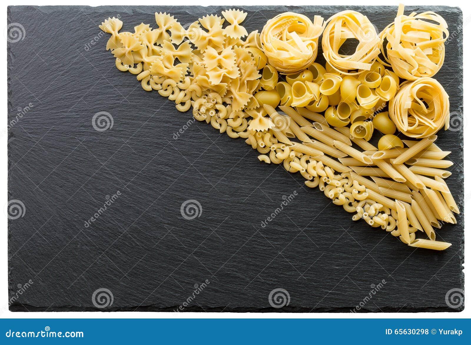 Variété de types et de formes de pâtes italiennes sur un CCB foncé de pierre