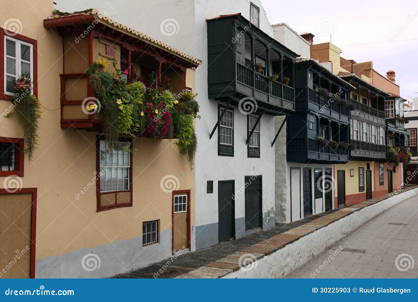 Bei balconi di legno delle case mediterranee fotografie for Fotografie case