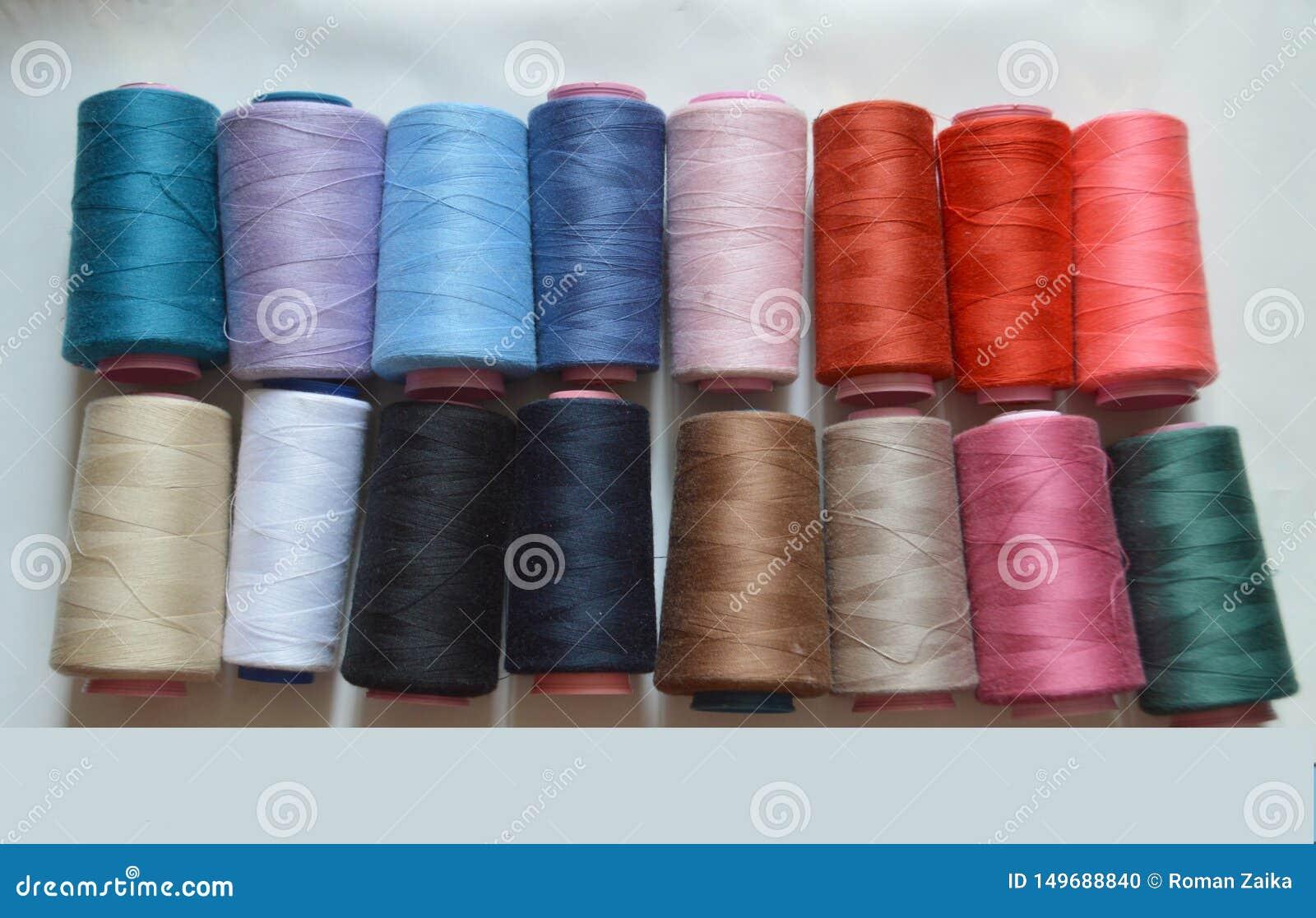 Vari fili colorati per la fabbrica del panno, tessitura, produzione del tessuto, industria dell abbigliamento