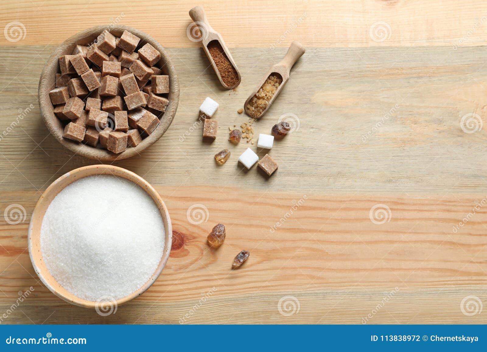 Vari generi di zucchero in ciotole