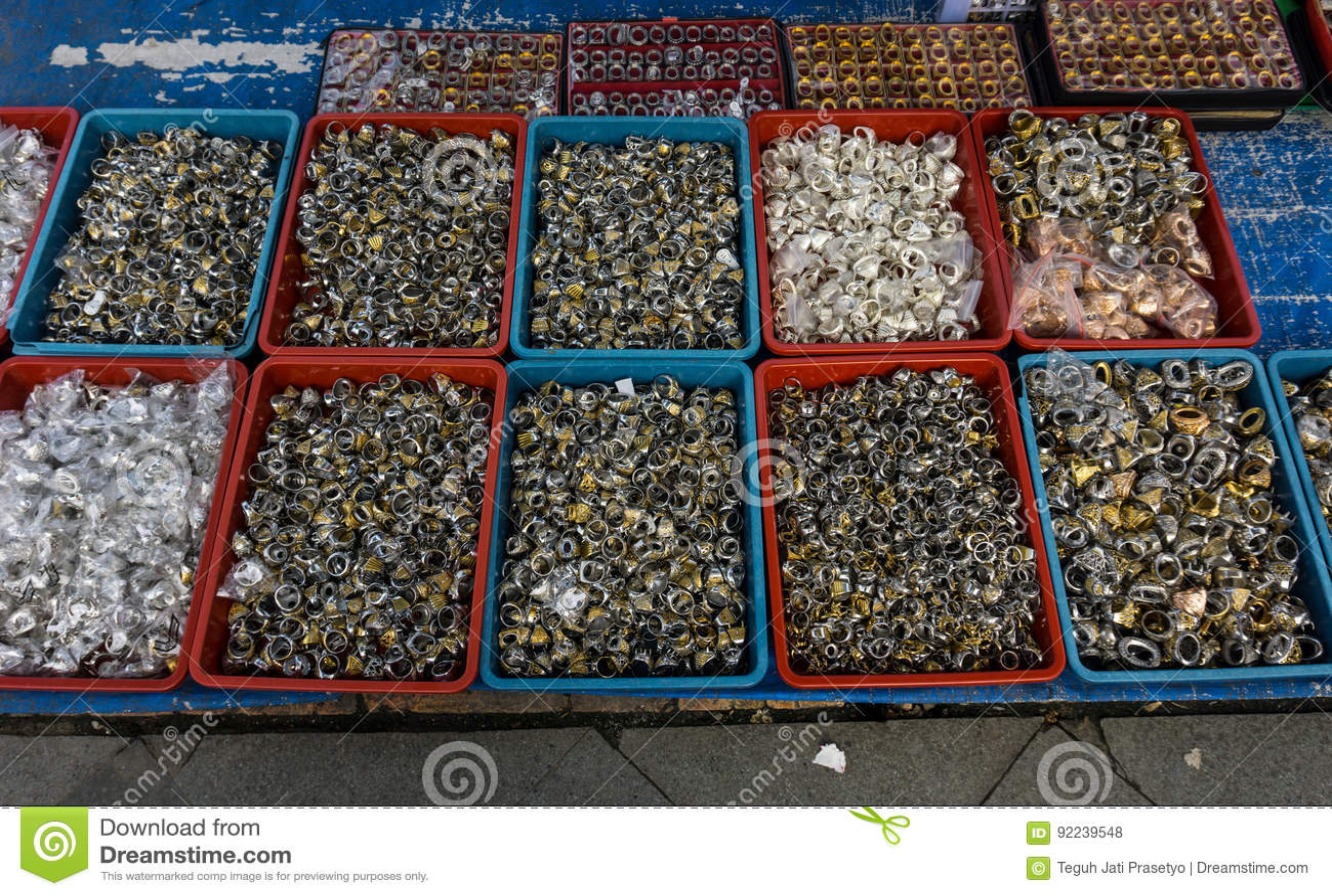 Vari gentile e colourful delle pietre preziose e dell agata hanno venduto nel mercato tradizionale in Bogor Indonesia