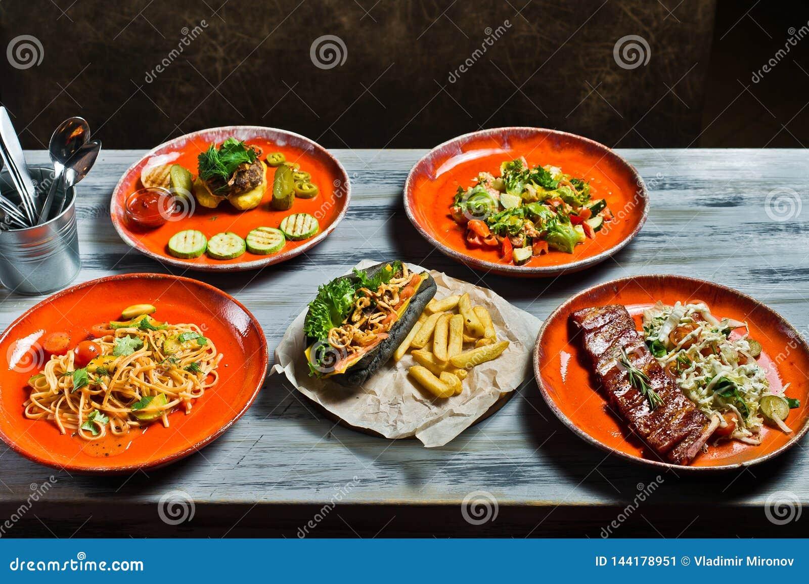 Vari griglia dell alimento dell assortimento, carne, hot dog del fest del partito del bbq, costole di carne di maiale del barbecu