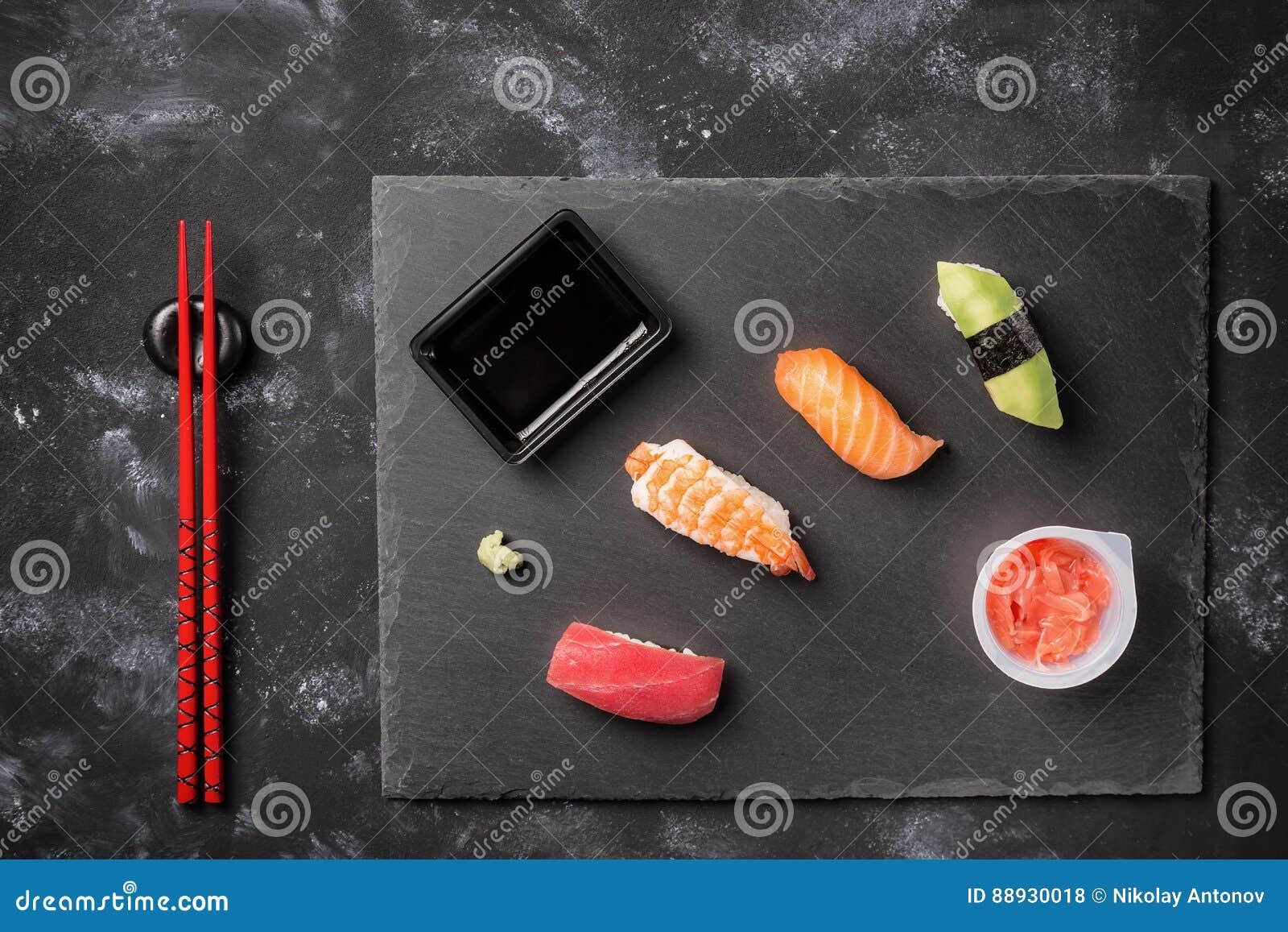 Piatti Cucina In Ardesia : Moderno rosso e bianco polka dot cucina con piatto grande piastra