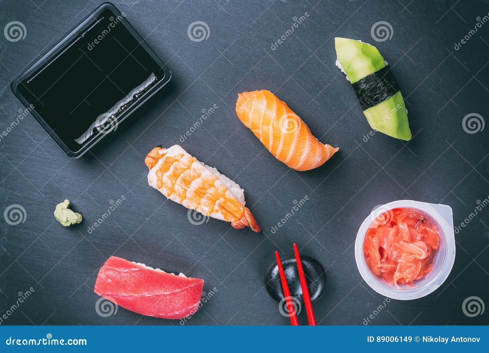 Piatti Cucina In Ardesia : Vari sushi sul piatto dell ardesia con la salsa dei bastoncini
