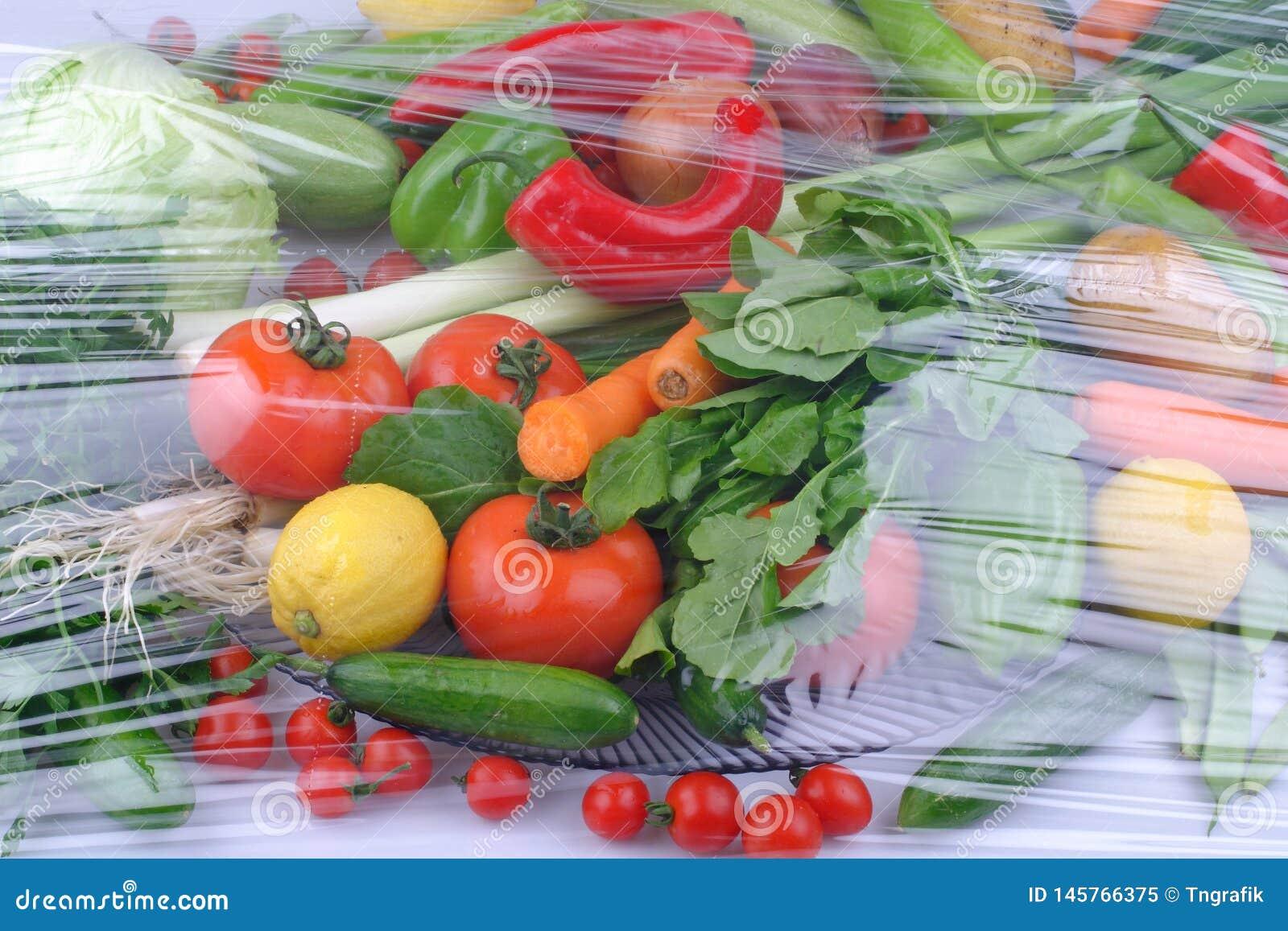 Vari?t? de fruits et l?gumes organiques crus frais dans des r?cipients brun clair se reposant sur le fond en bois bleu lumineux