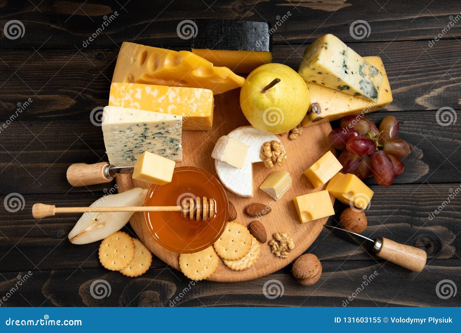 Vari tipi di formaggi su una tavola di legno rustica