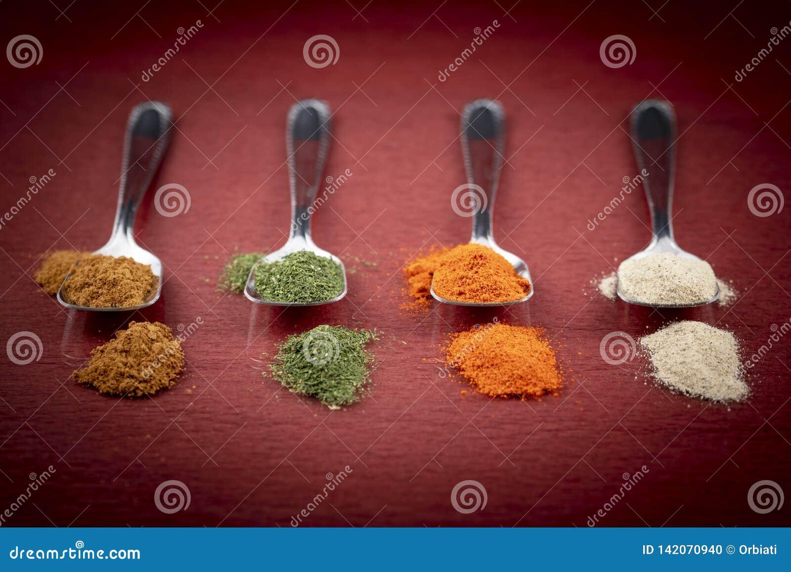 Variações da especiaria no fundo colorido