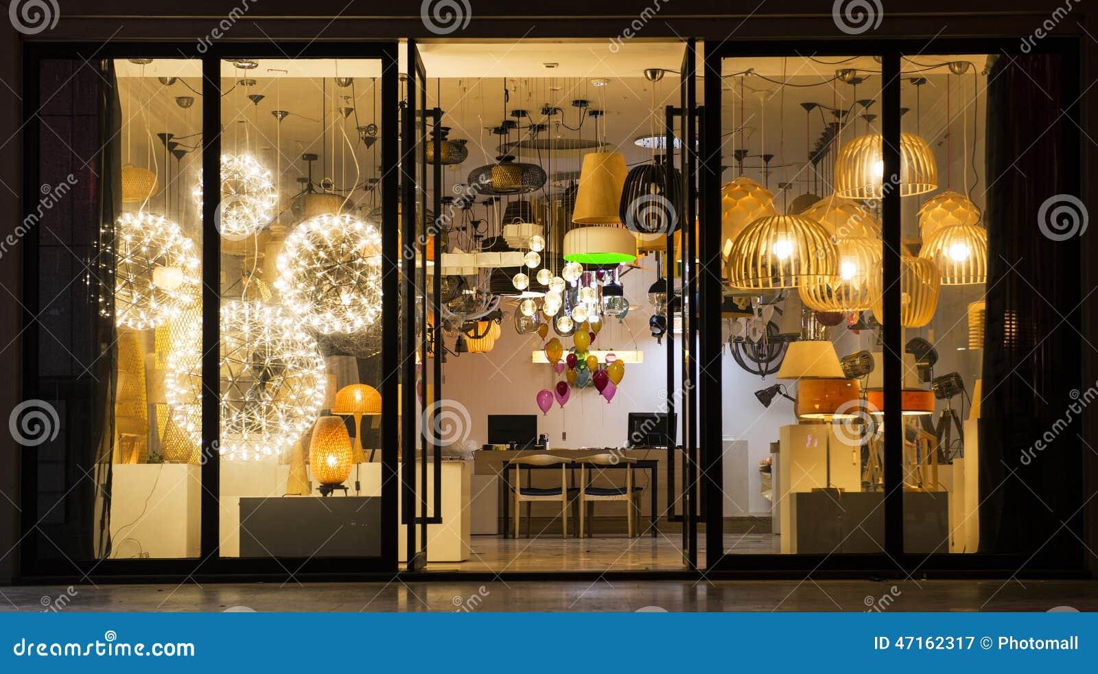 Varia illuminazione in un negozio di illuminazione illuminazione