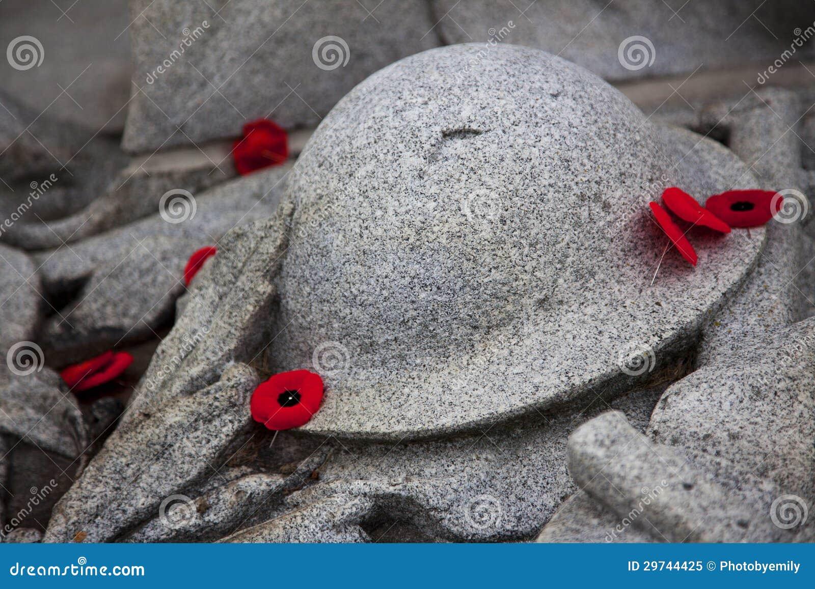 Amapolas alrededor del monumento de guerra