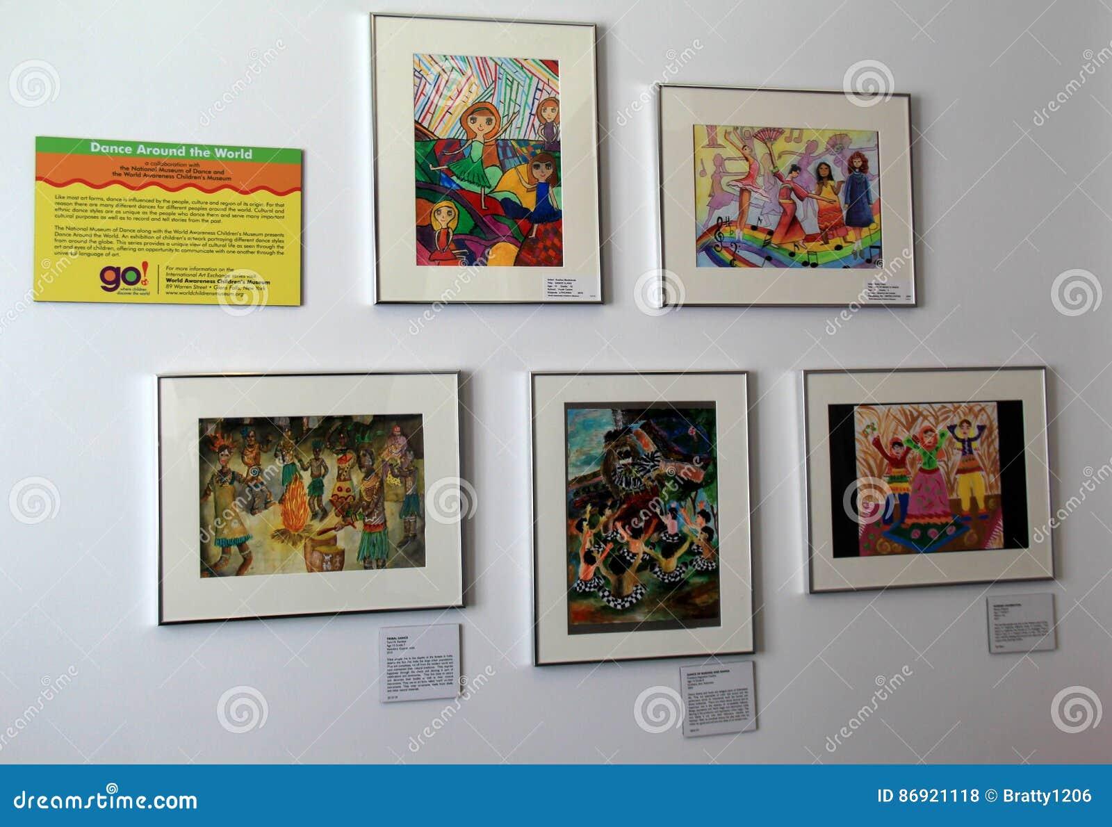 Varias imágenes de los niños que bailan en otras culturas, estado dirigidas para compartir la vida de otros países, museo de la d