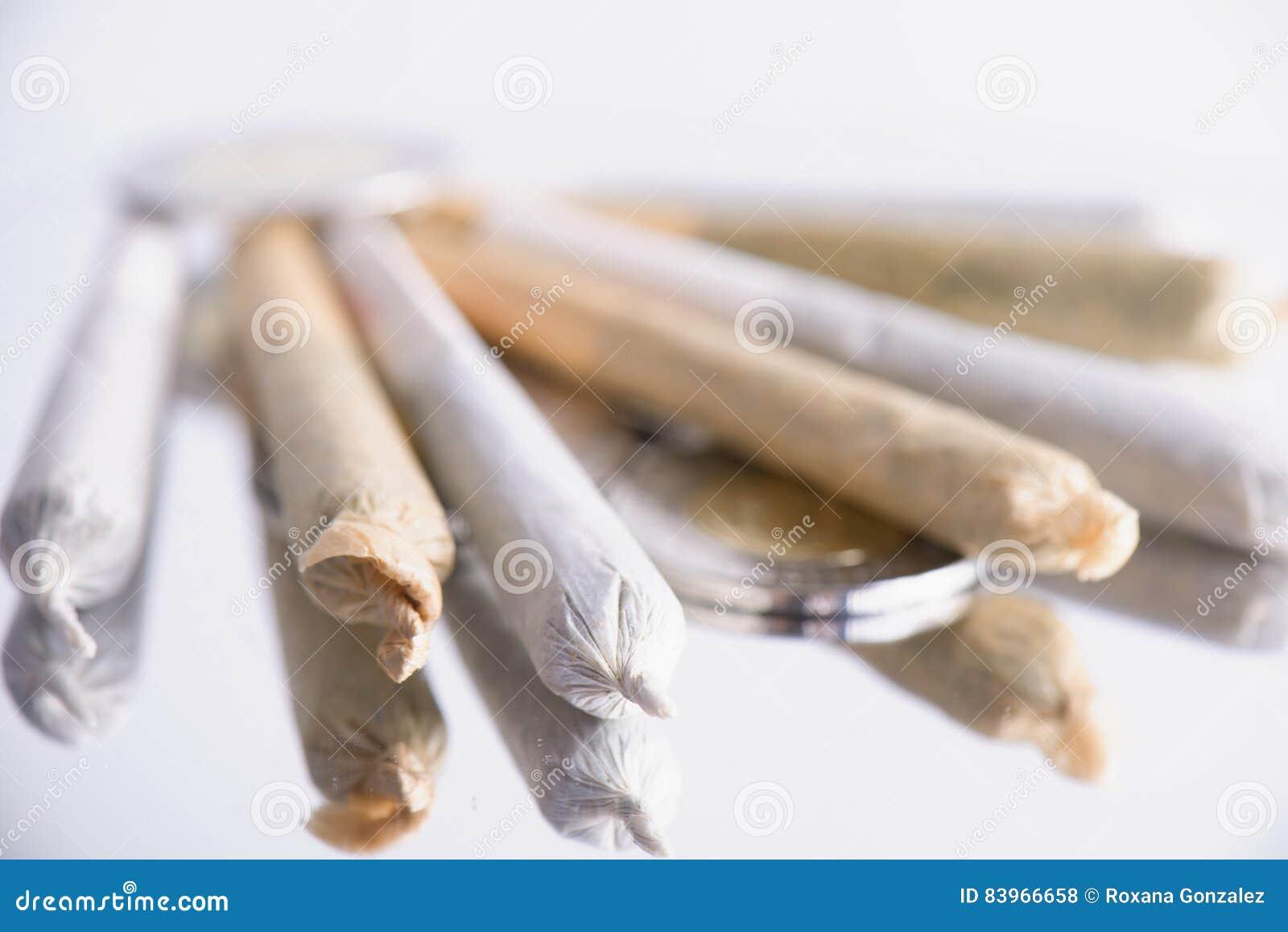 Varias juntas de la marijuana rodadas en el fondo blanco