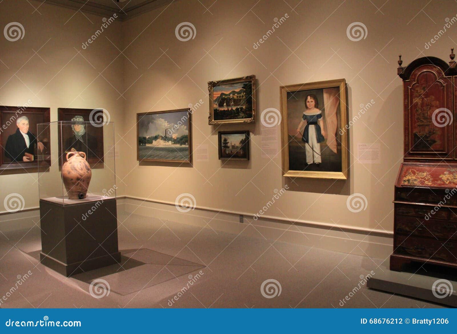 Varias Obras De Arte Históricas Y Muebles En La Exhibición En Una De ...