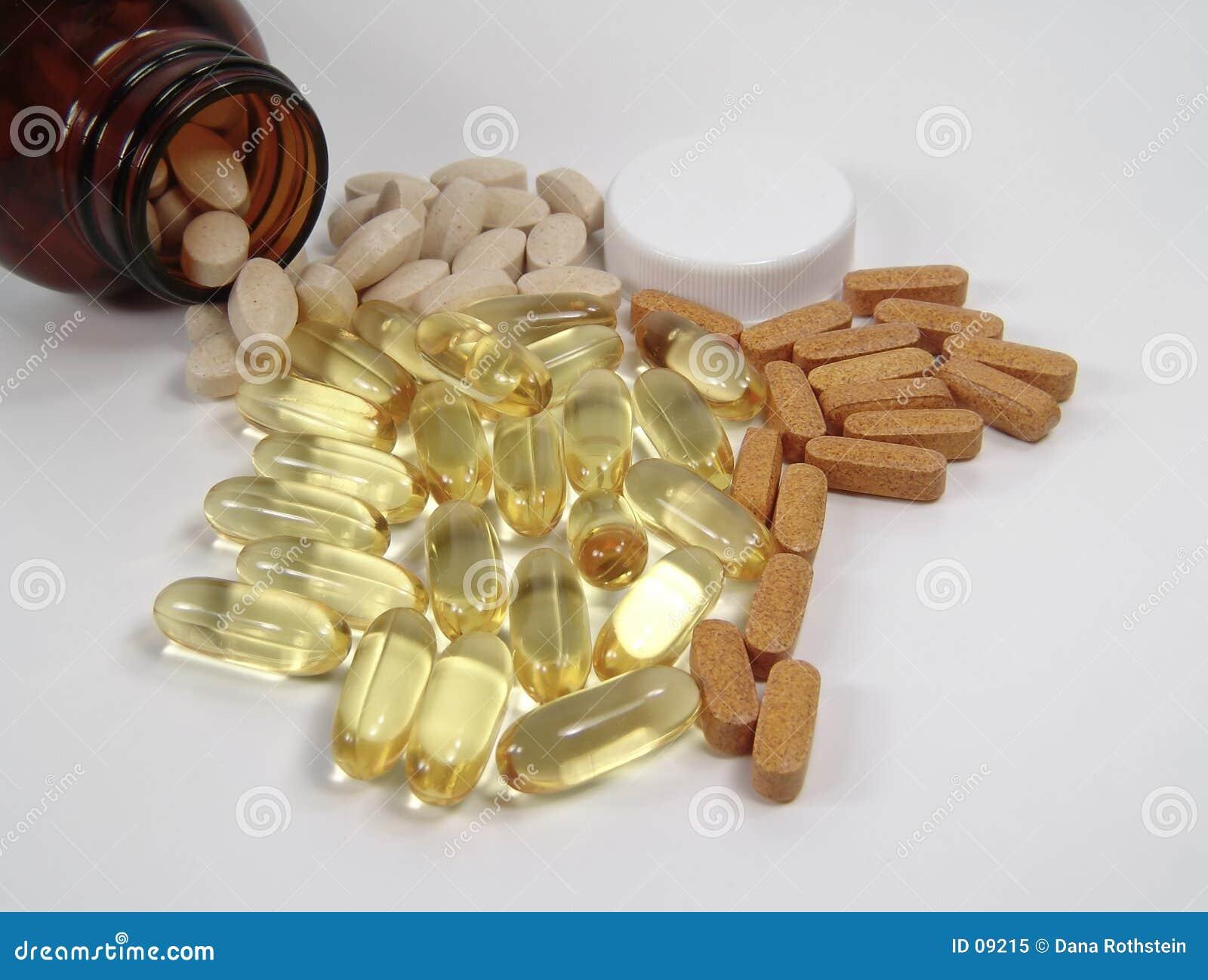 Varias píldoras y botella