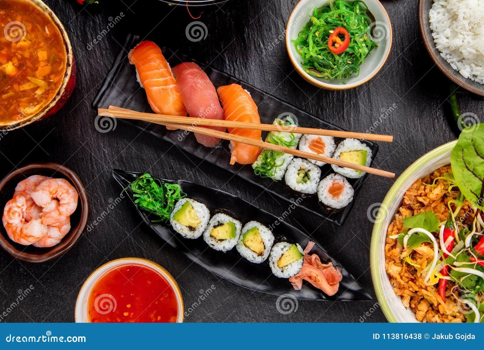 Variation asiatique de sushi par rapport à beaucoup de genres de repas