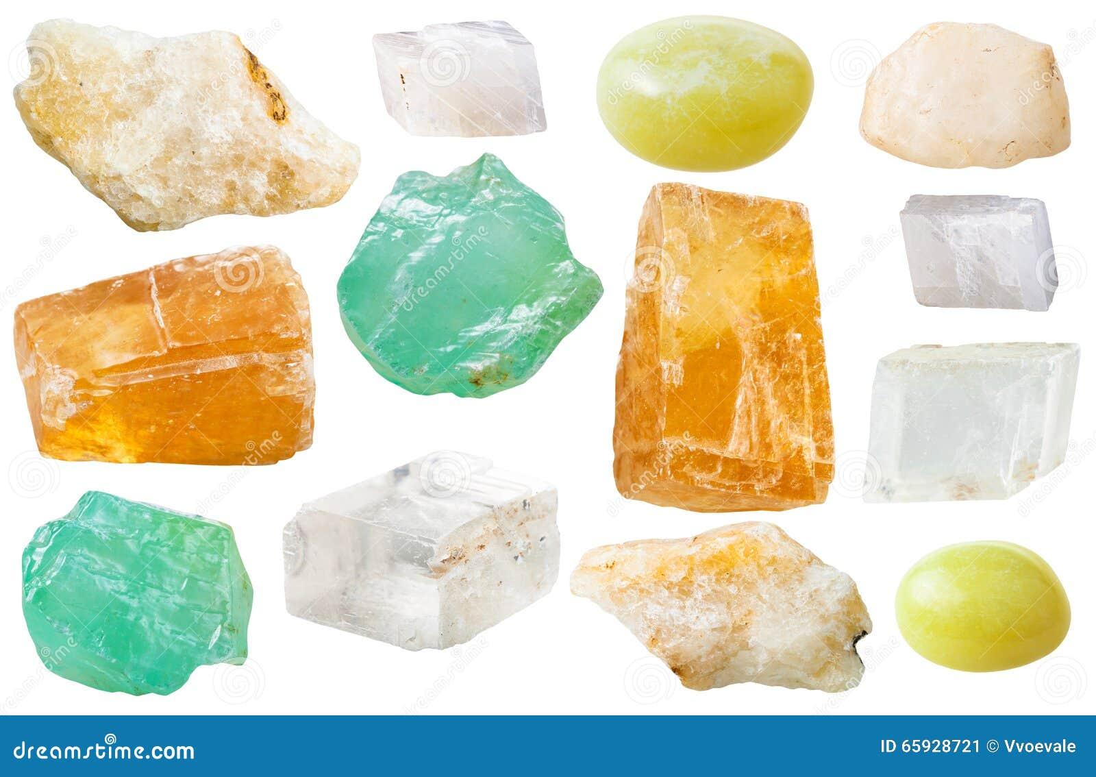 Varie gemme della calcite isolate su bianco