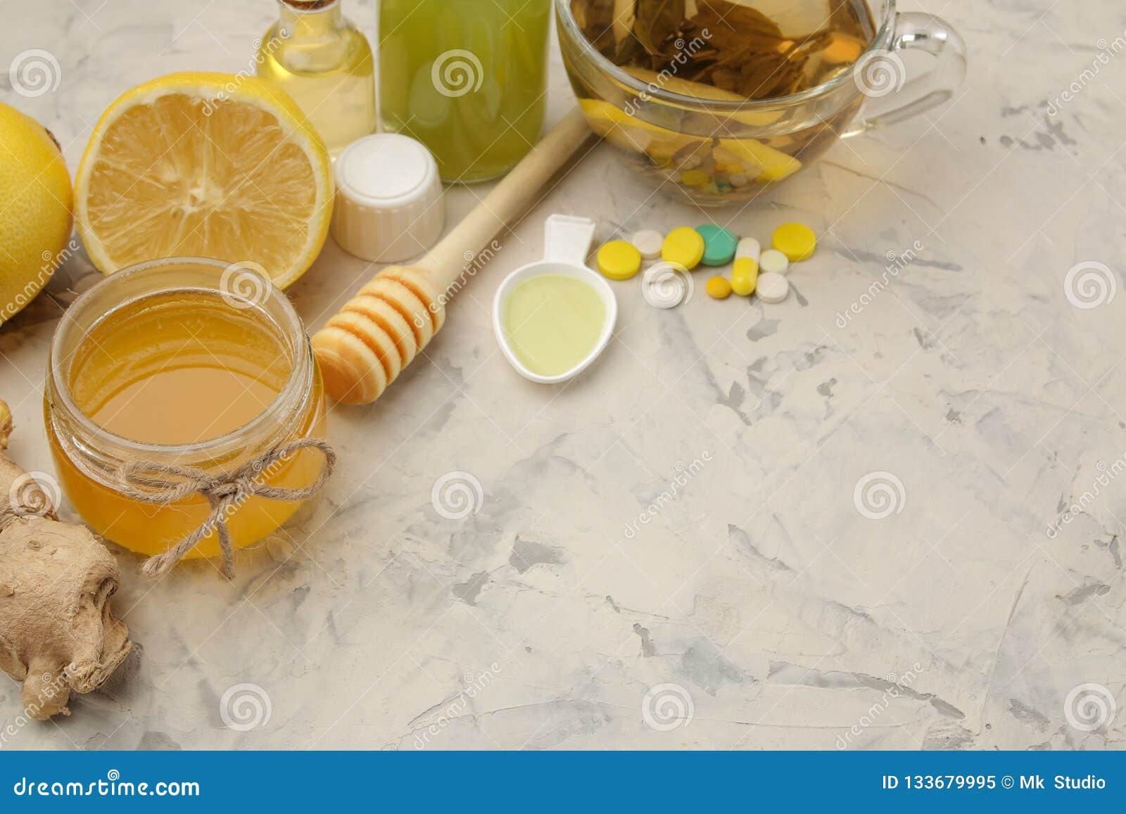 Varie medicine per influenza e rimedi freddi su una tavola di legno bianca freddo malattie freddo flu