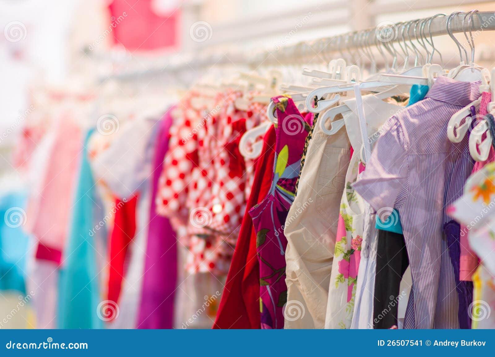 Variedade de camisas, calças, vestidos na alameda dos miúdos