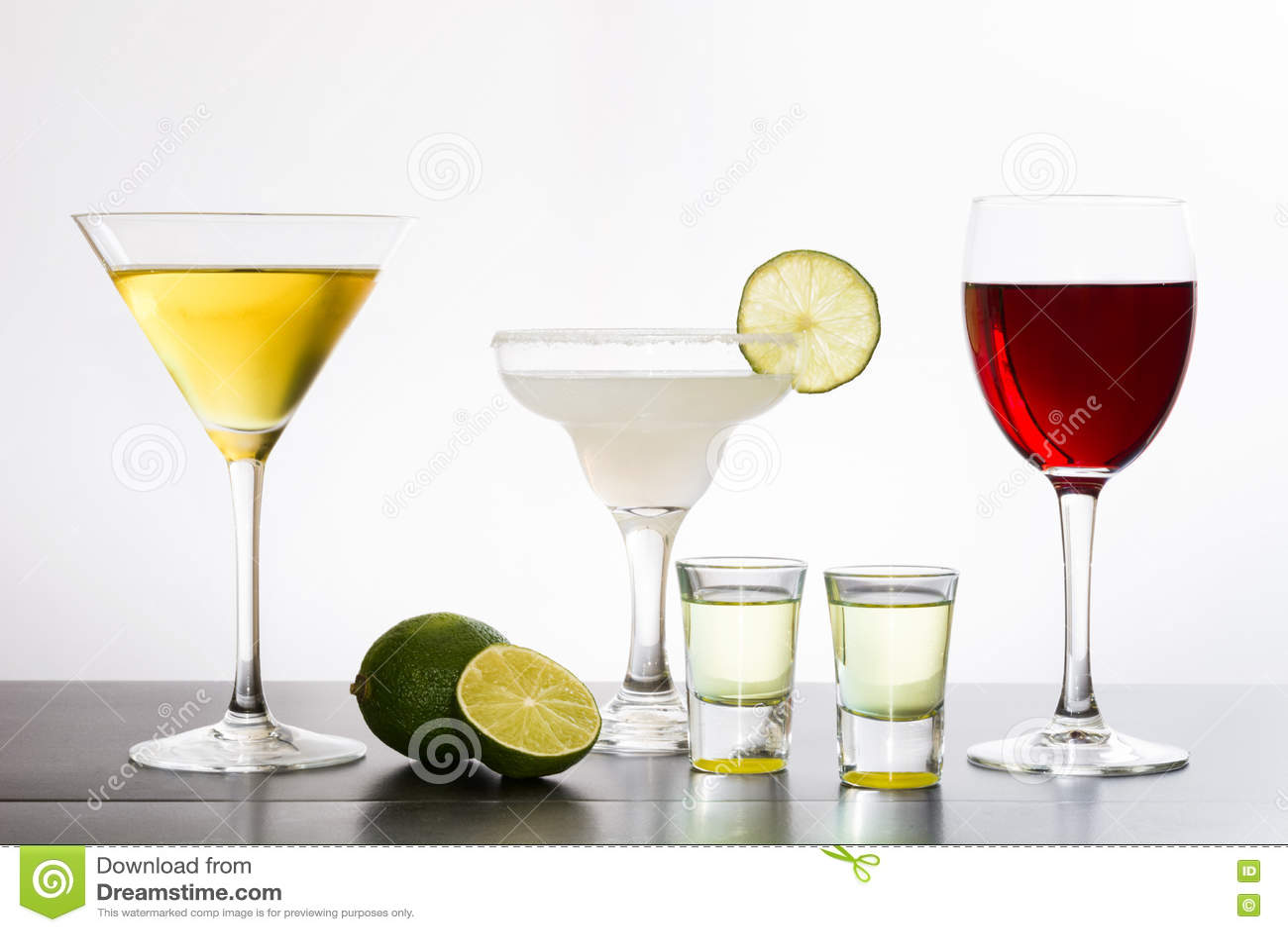 Variedade de cocktail no fundo branco