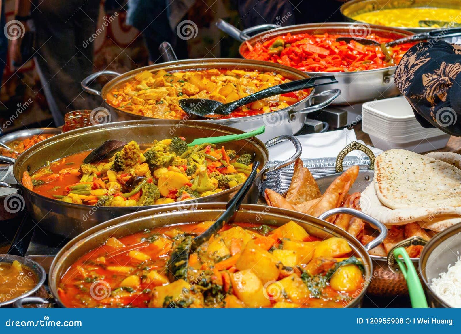 A variedade de cozinhado surra na exposição em Camden Market em Londres
