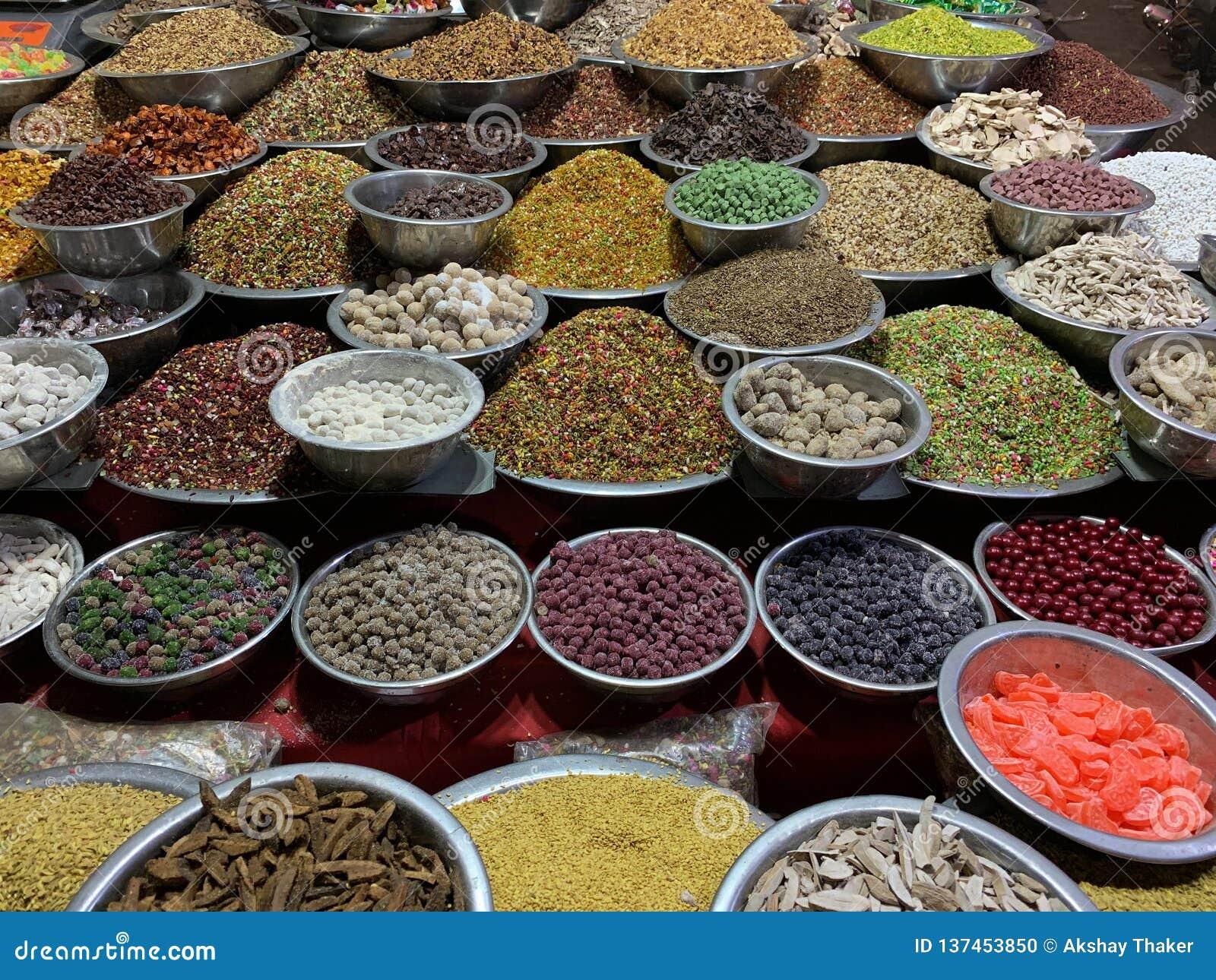 Variedade de especiarias coloridas indianas