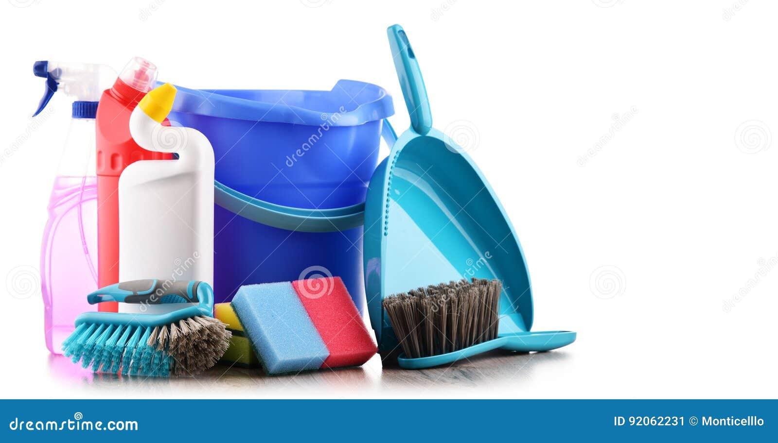 Variedade de garrafas detergentes e de fontes de limpeza química