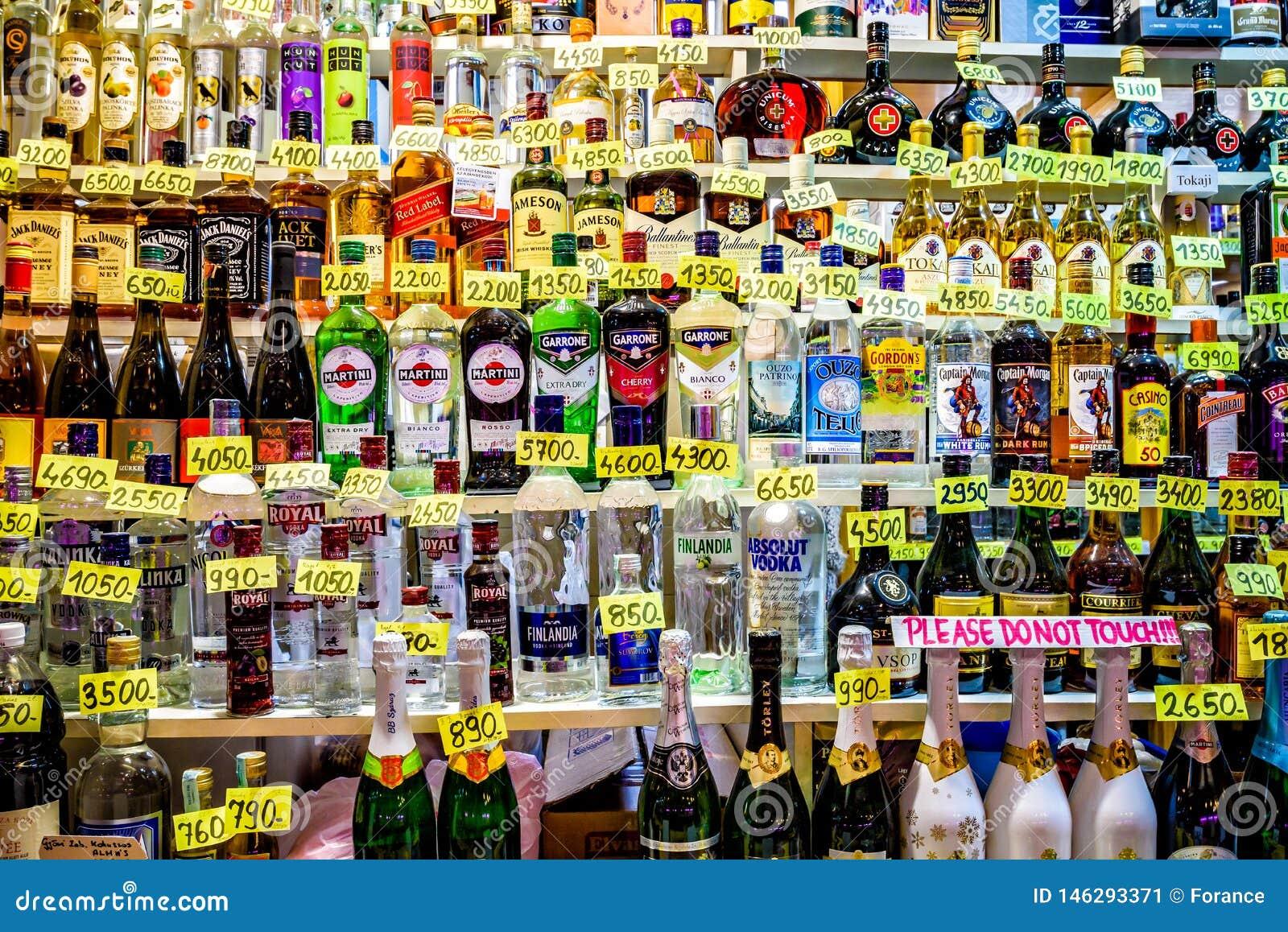 Variedade de muitos tipos do álcool no mercado central Salão no krt do ¡ z do mhà do ¡ de VÃ