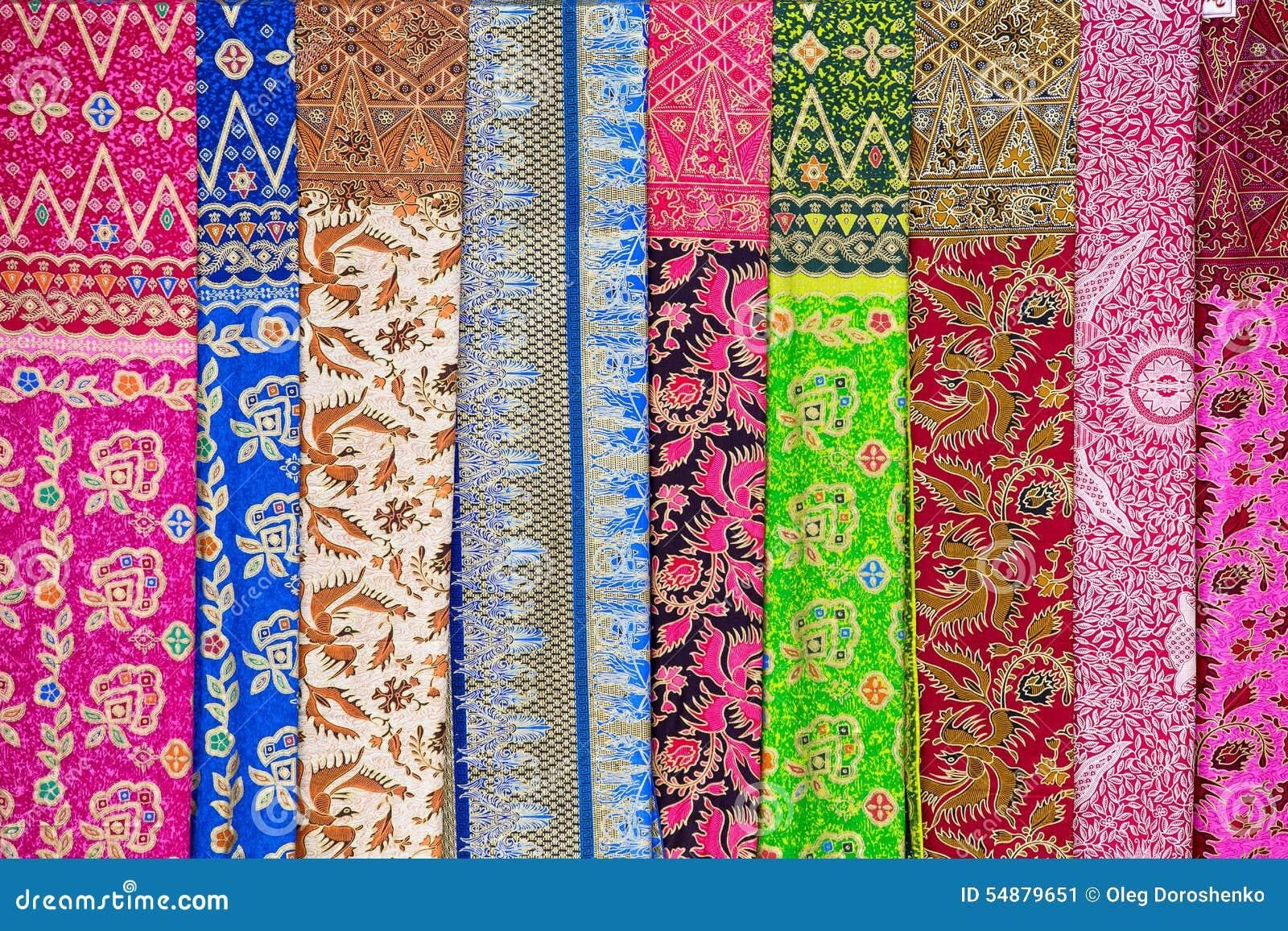 Variedade de sarongs coloridos para a venda, ilha Bali, Ubud, Indonésia