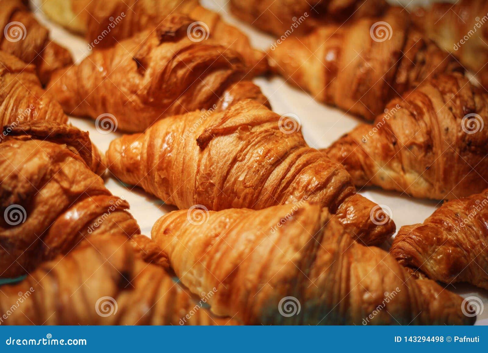 Variedade dos croissant deliciosos e do chocolate feitos pelo cozinheiro chefe de pastelaria