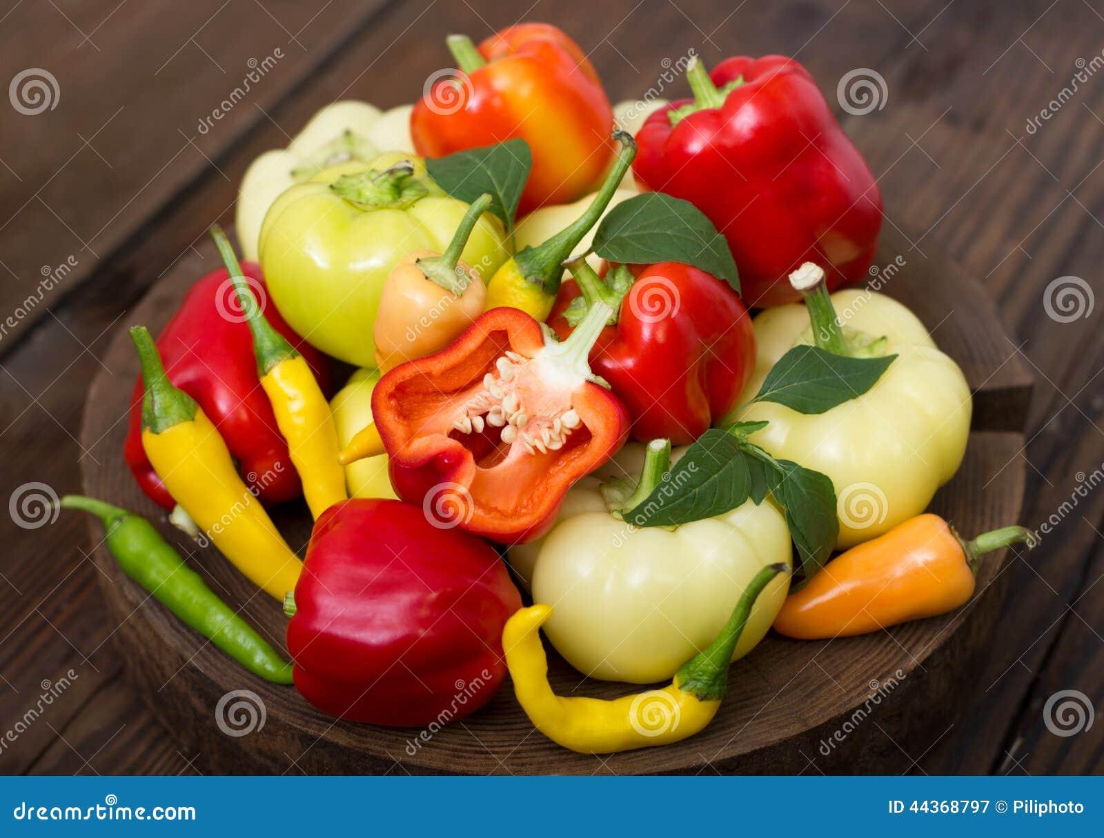 Varietà di peperoni organici freschi