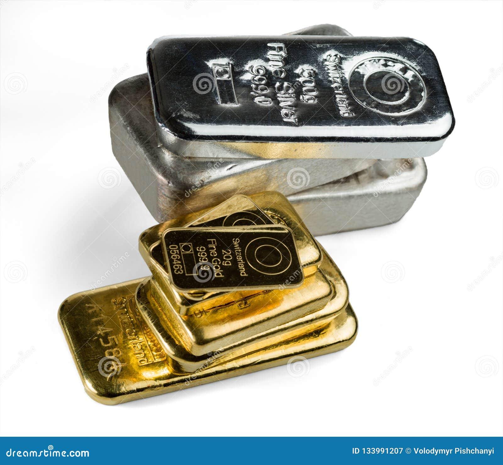 Vario barras del oro y de plata aisladas en el fondo blanco