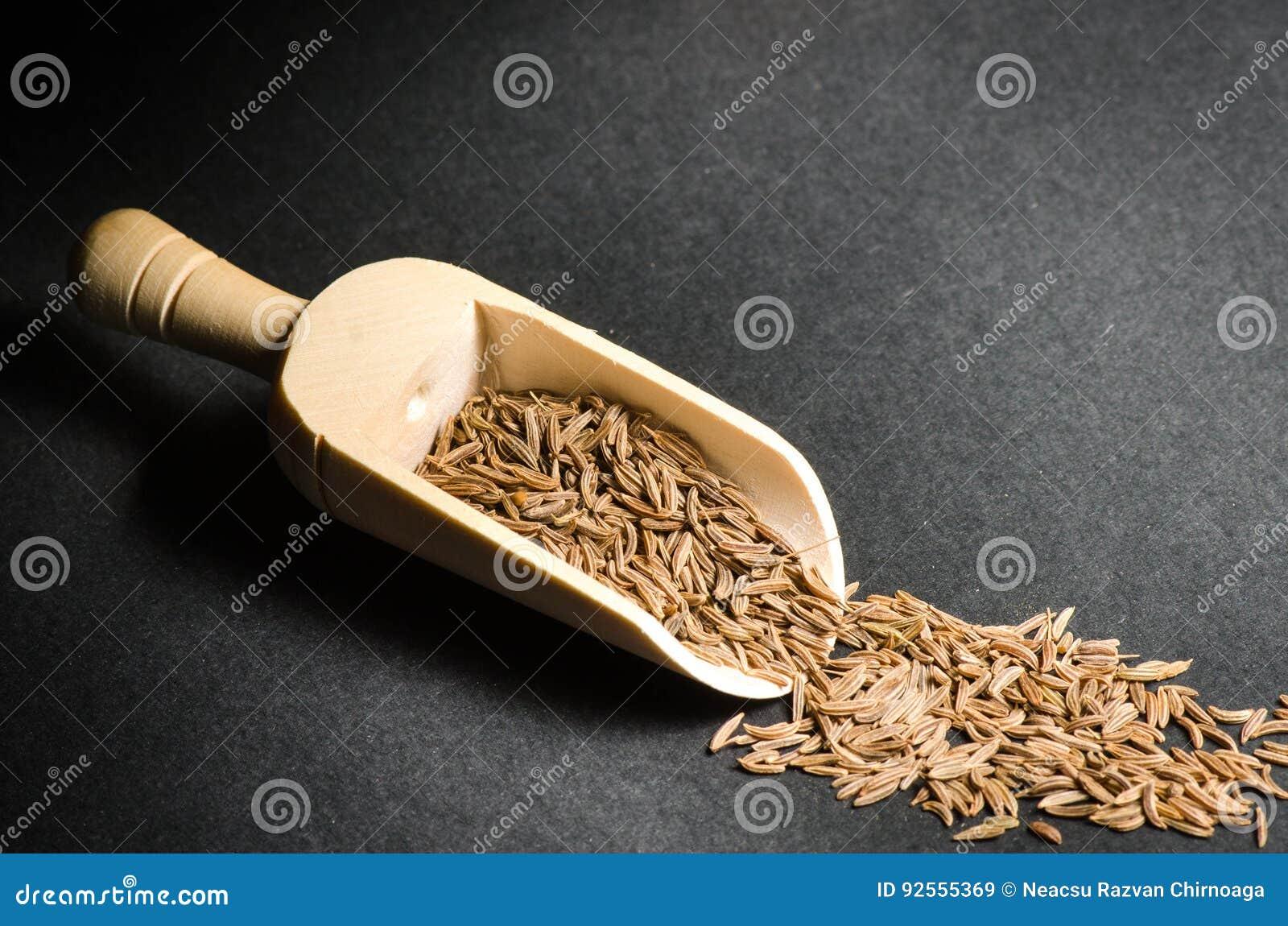 Vario delle spezie in cucchiai di legno