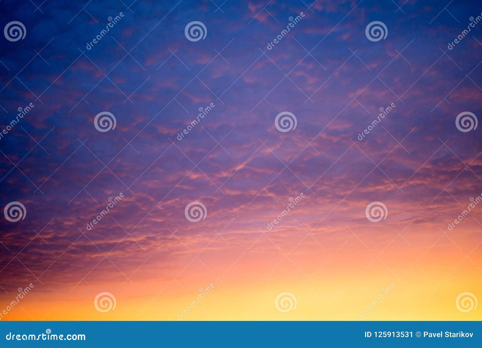 Variopinto del cielo di tramonto