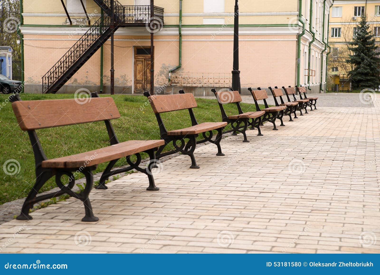 Varios Bancos Para Sentarse En Un Parque De La Ciudad Foto De  ~ Imagenes De Bancos Para Sentarse
