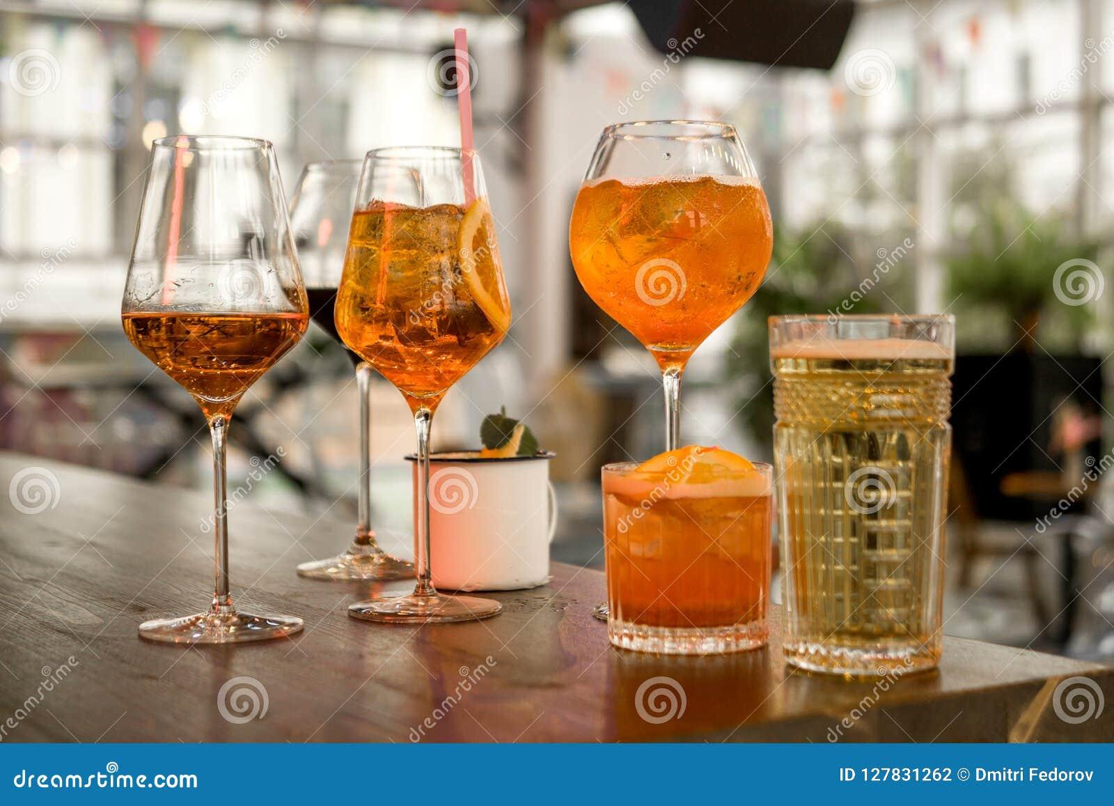Varios diversos smoothies en los vidrios de diversas formas en la barra