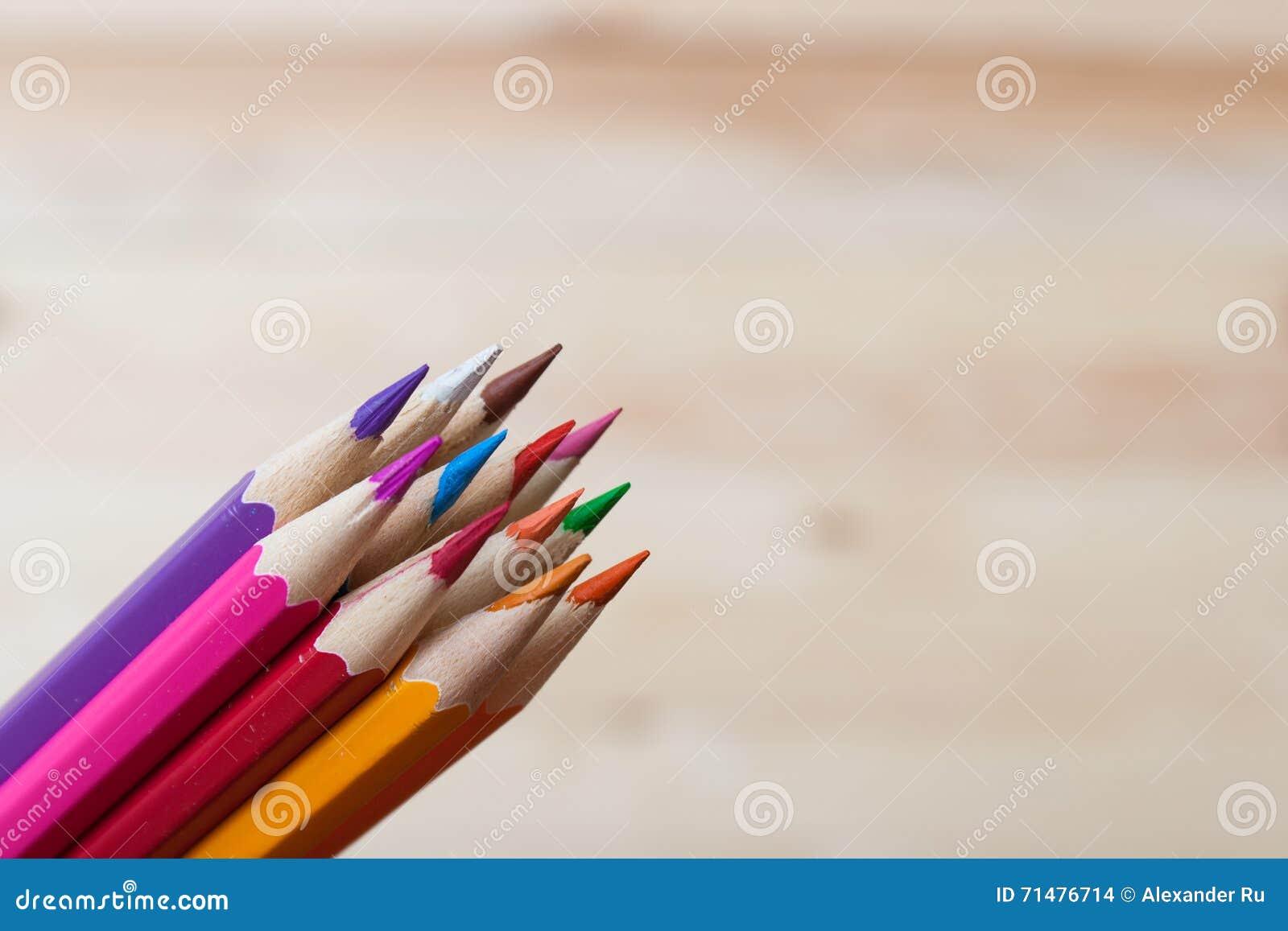 Varios lápices coloreados en una pila, fondo borroso