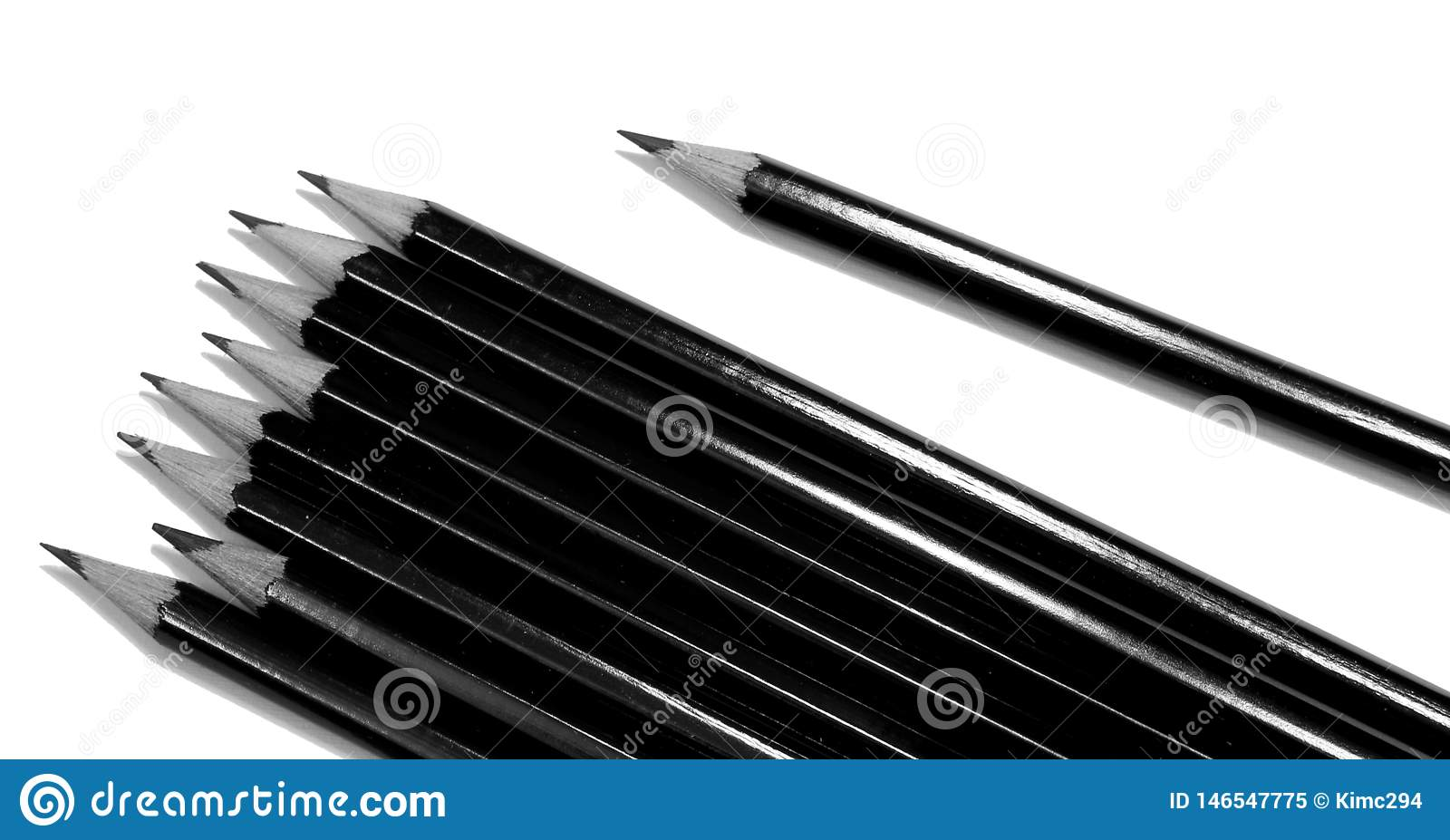 Varios lápices de dibujo negros aislados en blanco