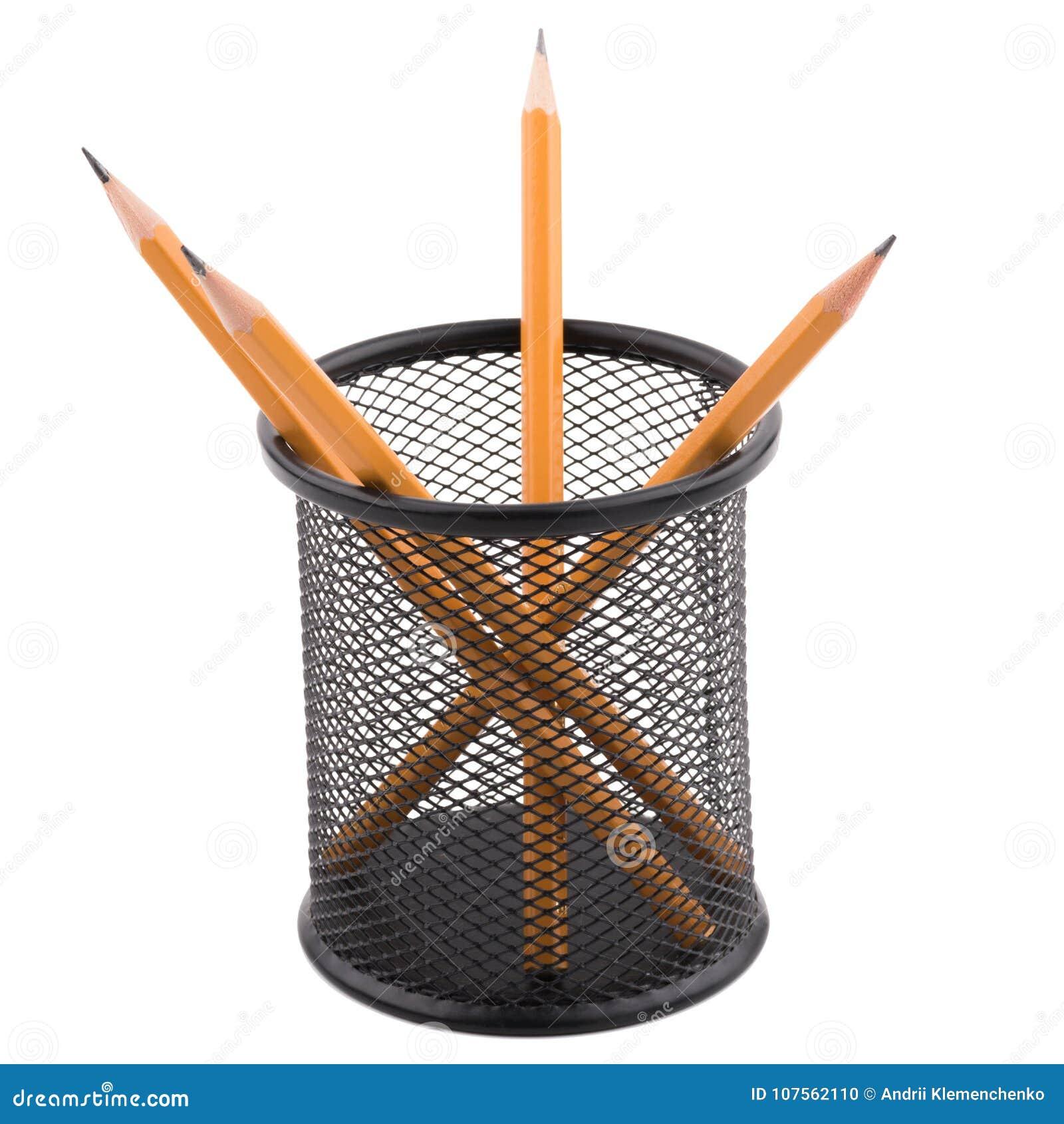 Varios lápices están dentro de una taza negra Aislamiento en un teléfono blanco