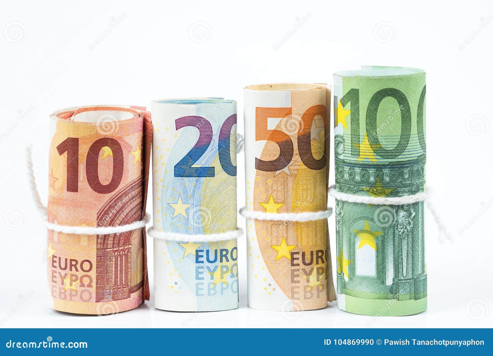 Varios rollos de los billetes de banco euro apilados por el valor a partir del diez, twent