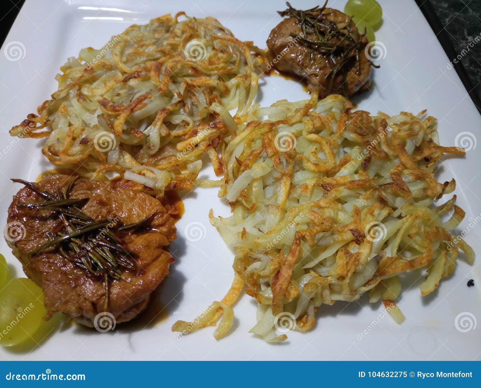 Download Varkensvleesfilet En Knapperige Aardappels Op Een Vierkante Plaat Stock Afbeelding - Afbeelding bestaande uit kruiden, aardappels: 104632275
