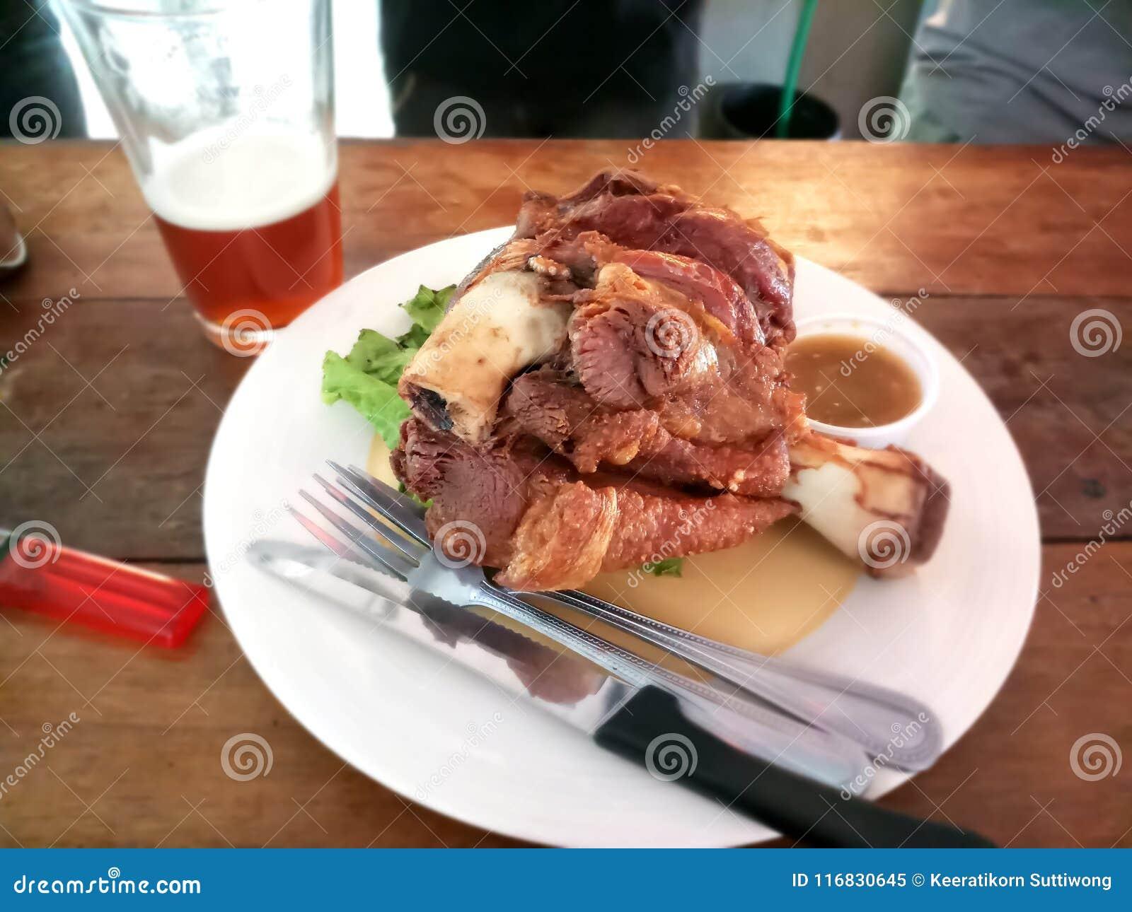 Varkensvleesgewricht of Gefrituurd varkensvleesbeen met ambachtbier