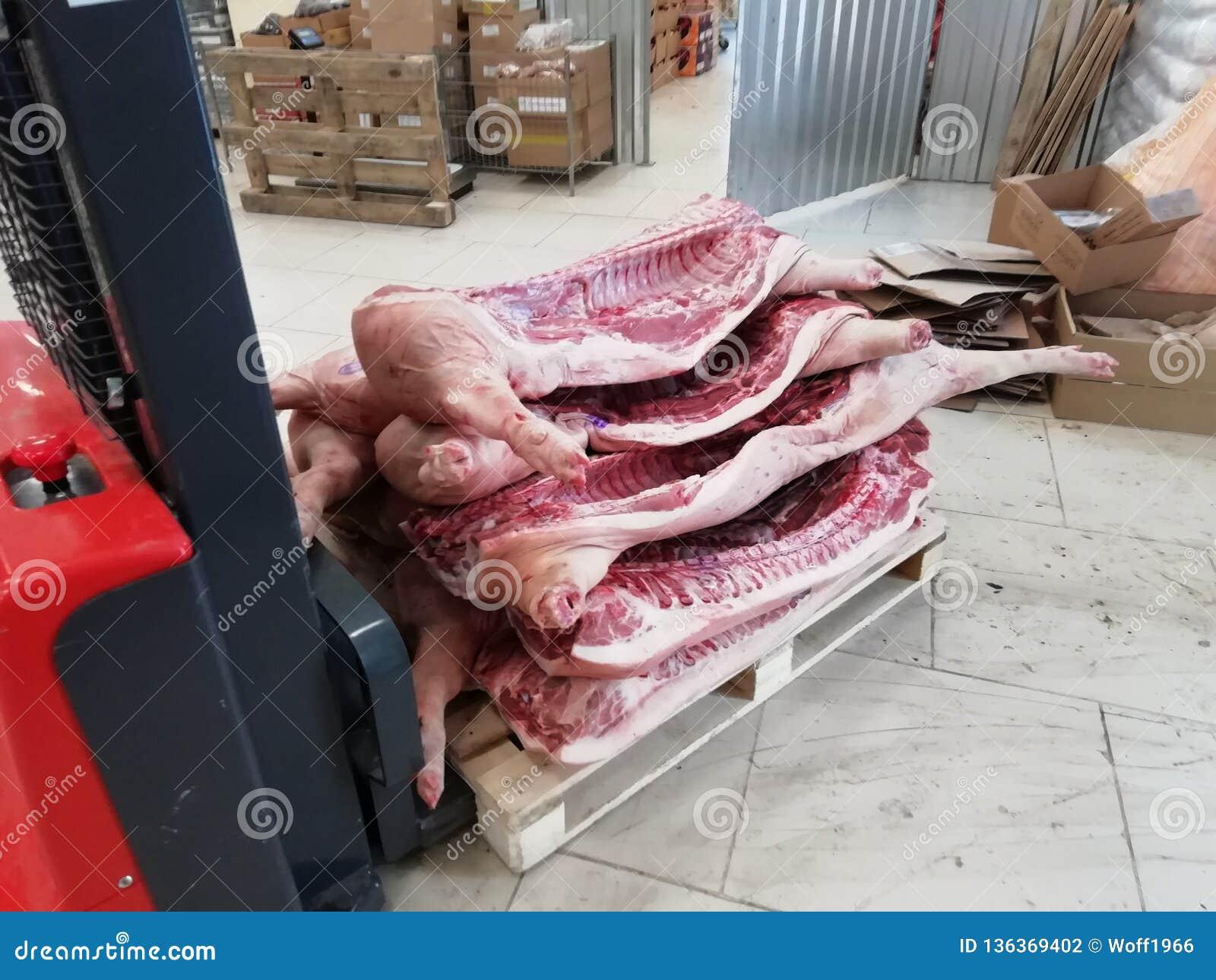 Varkensvleeskarkassen in voorraad worden vervoerd die vervoerder