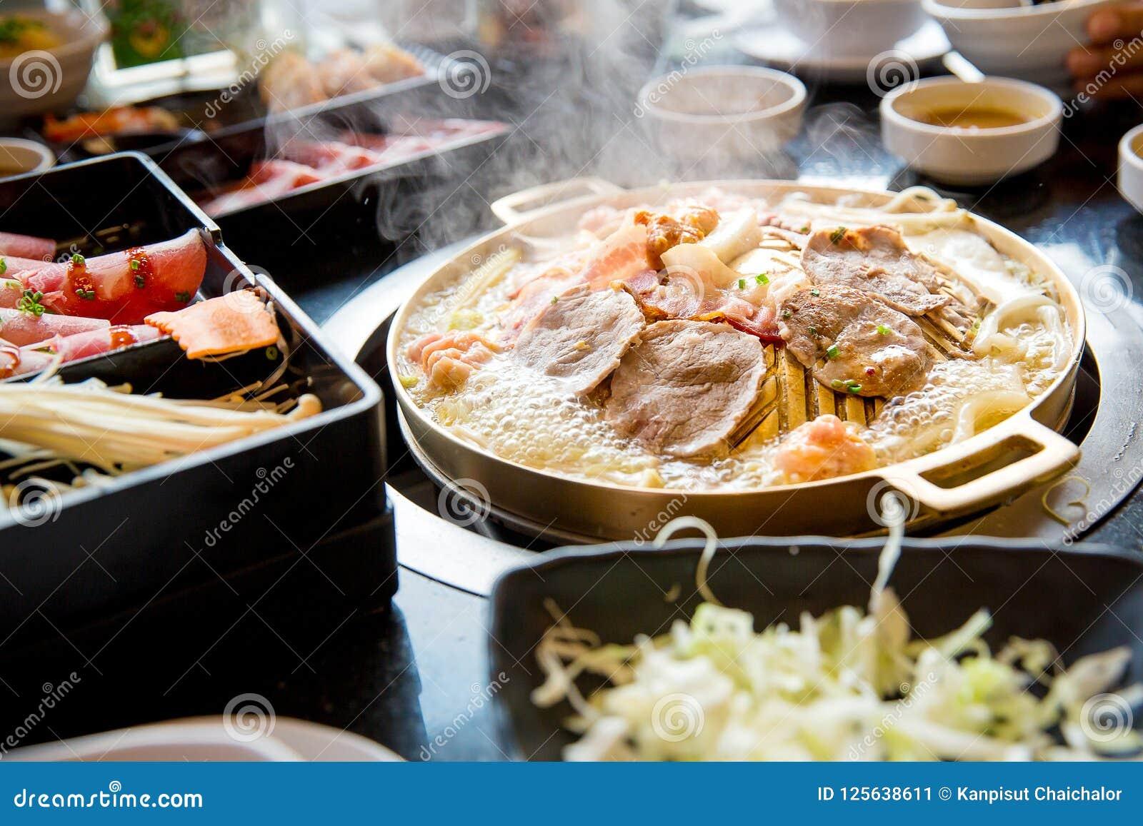 Varkensvleesplak op yakiniku hete pan die wordt geroosterd Barbecue Japanse stijl