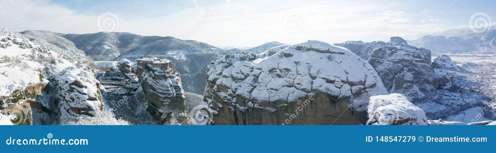 Varlaamklooster met panorama van Meteora-rotsen