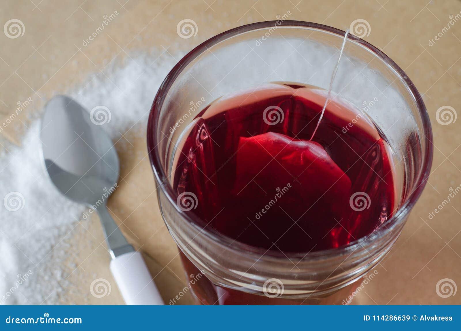 Varm bärte och tepåse i exponeringsglas