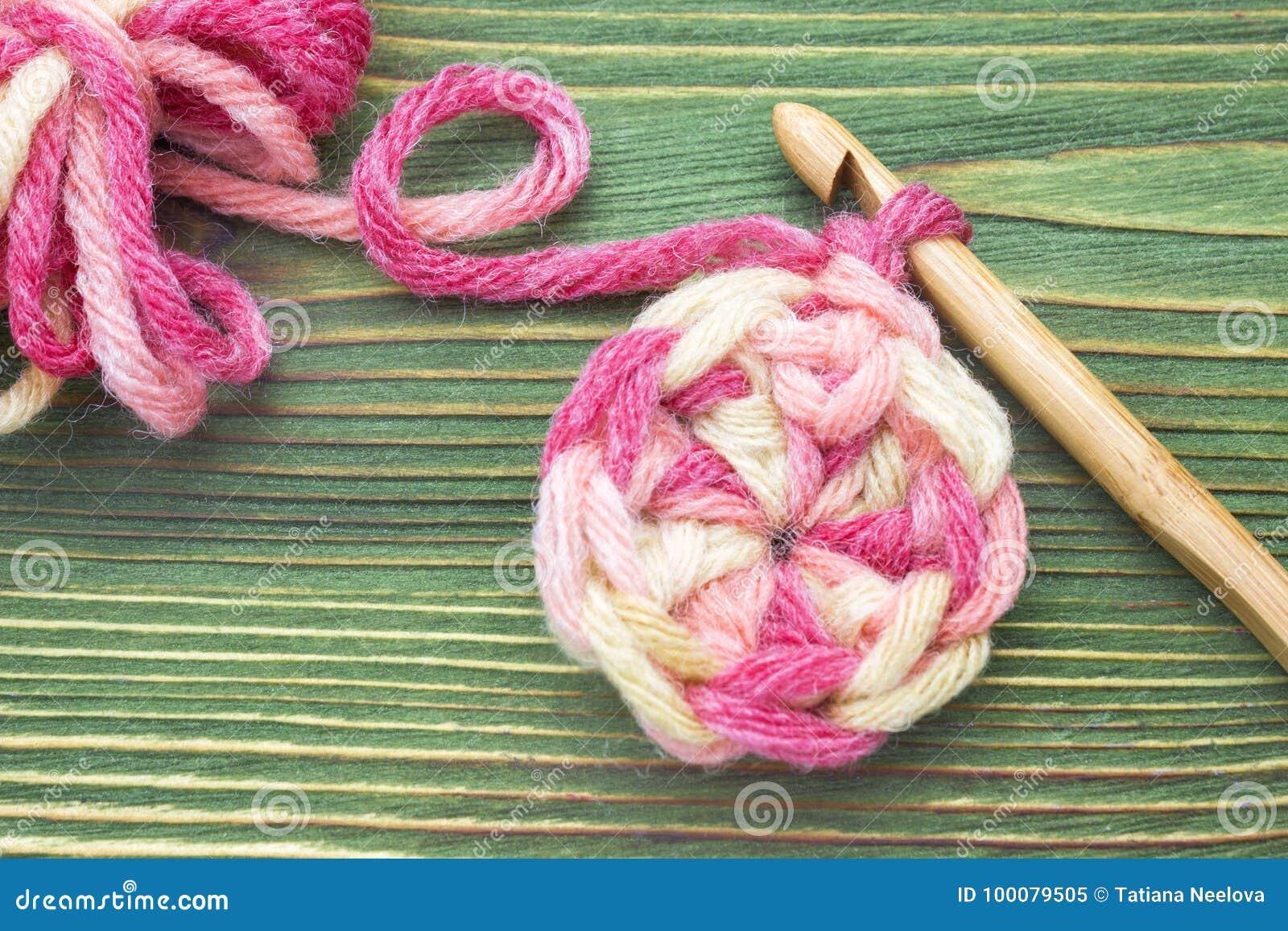 Varm boll för rosa färgvintergarn för att sticka och virkning på trätabellen Closeupfoto av virkningdoilyen Lantlig virkningtråd