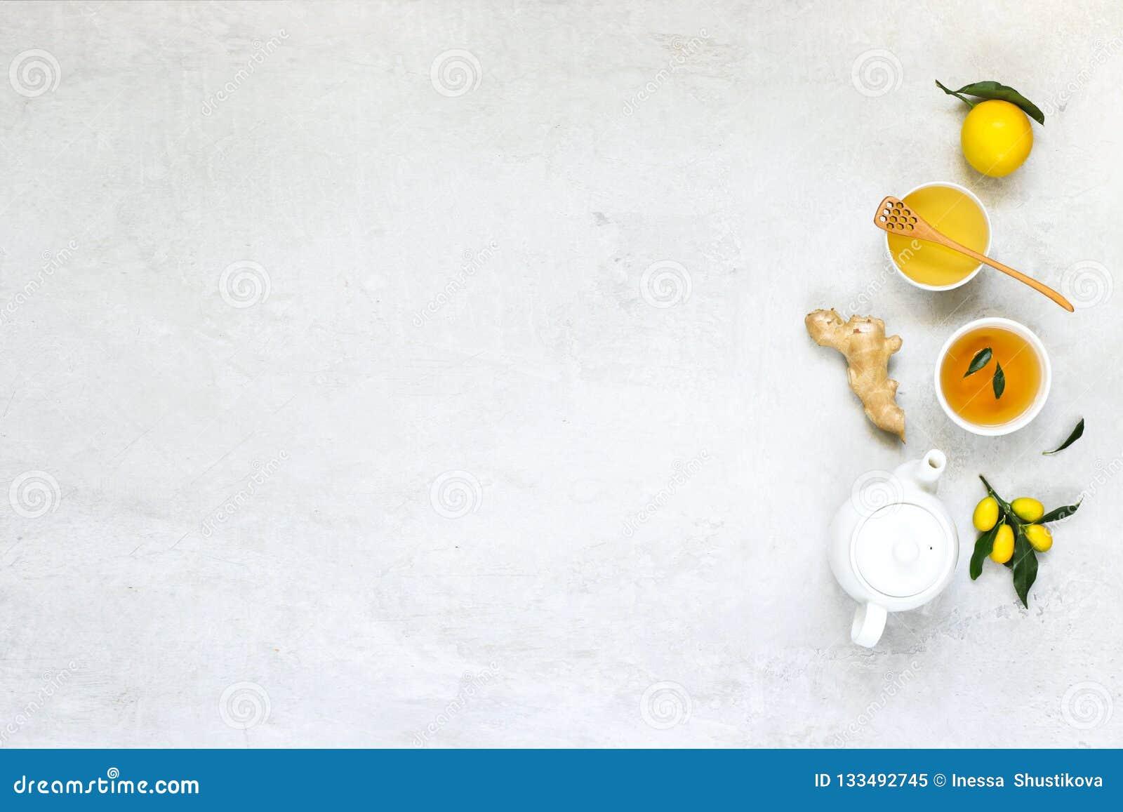 Varm drink för förkylningar och influensa Te med citronen, honung och ingefäran