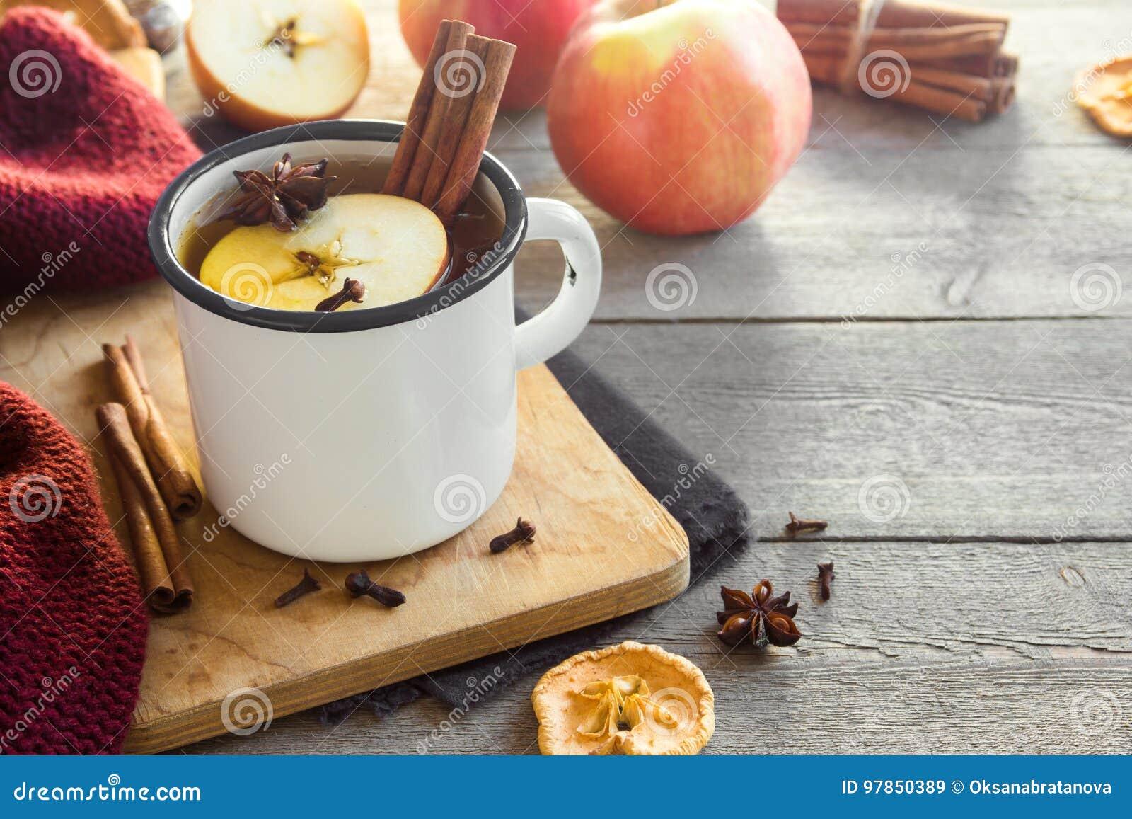 Varm drink med äpplen