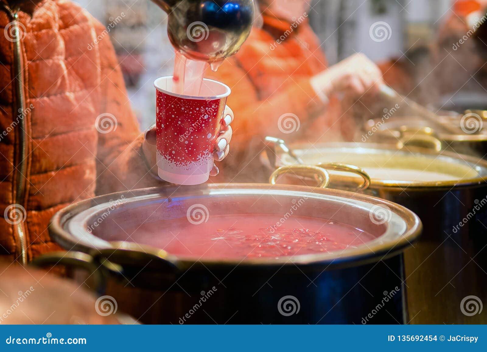 Varm gluhwein, vällingdrink eller funderat vin i en kittel på ganska lokal fest, varmt och kryddigt En varm hälsosam traditionell