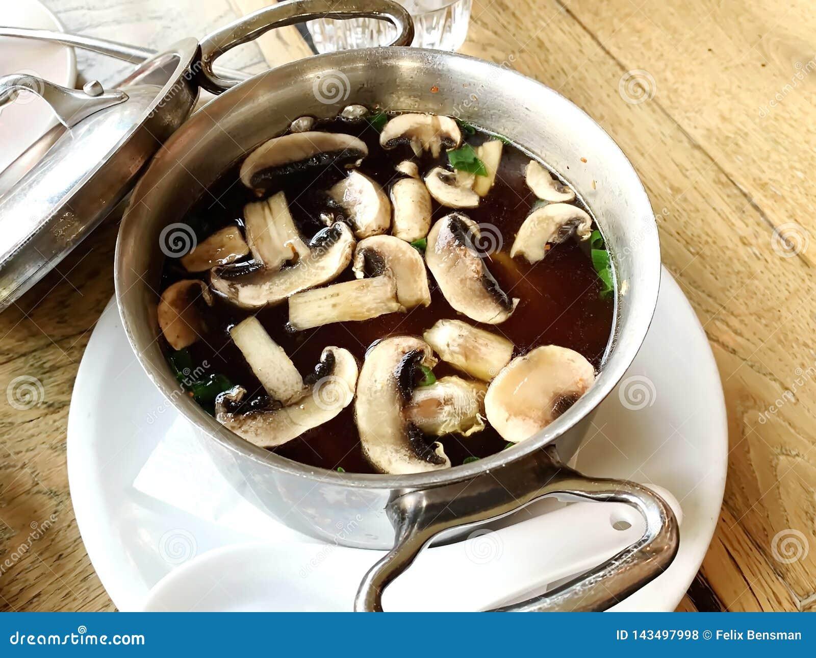 Varm japansk soppa med champinjoner, nudlar och tofuen