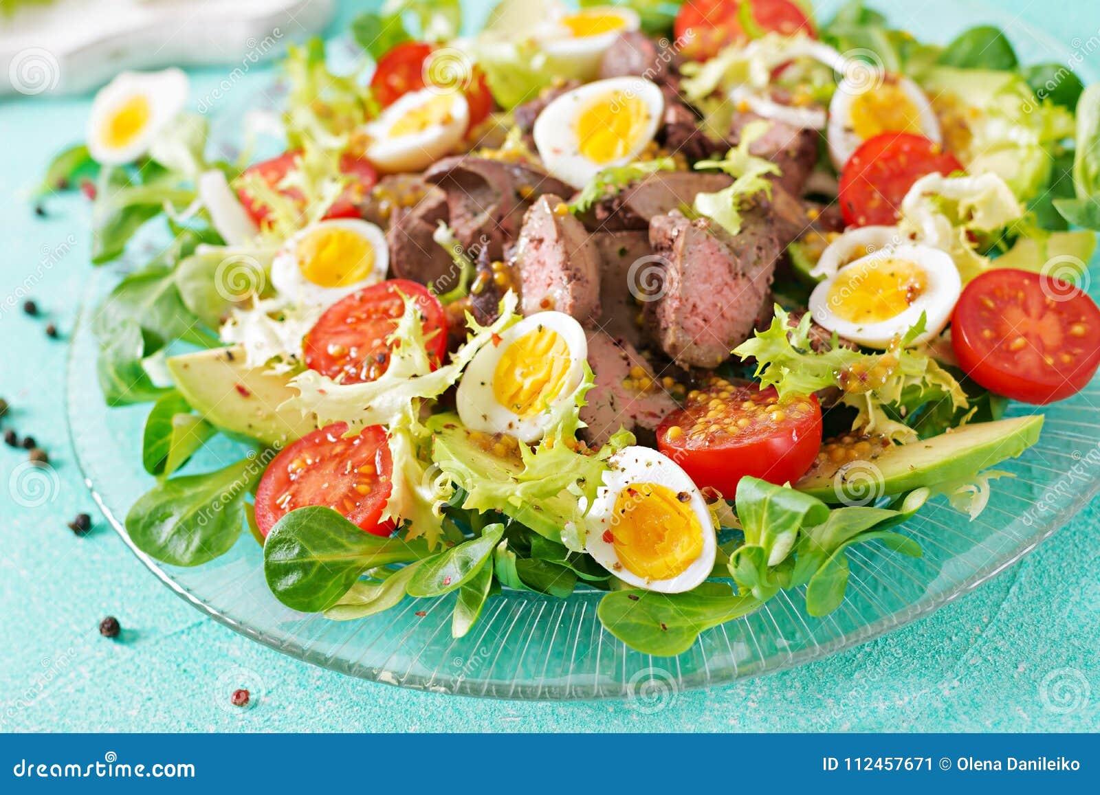 Varm sallad från ägg för feg lever, avokado-, tomat- och vaktel sund matställe